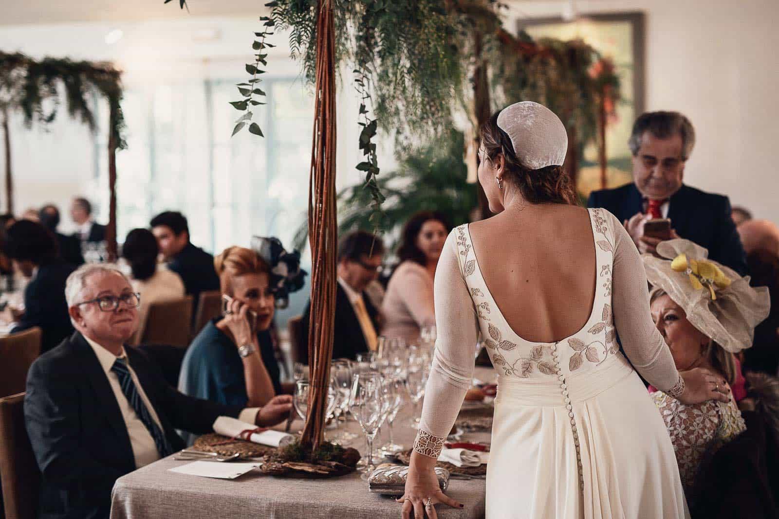 novia atendiendo invitados mesa decoracion