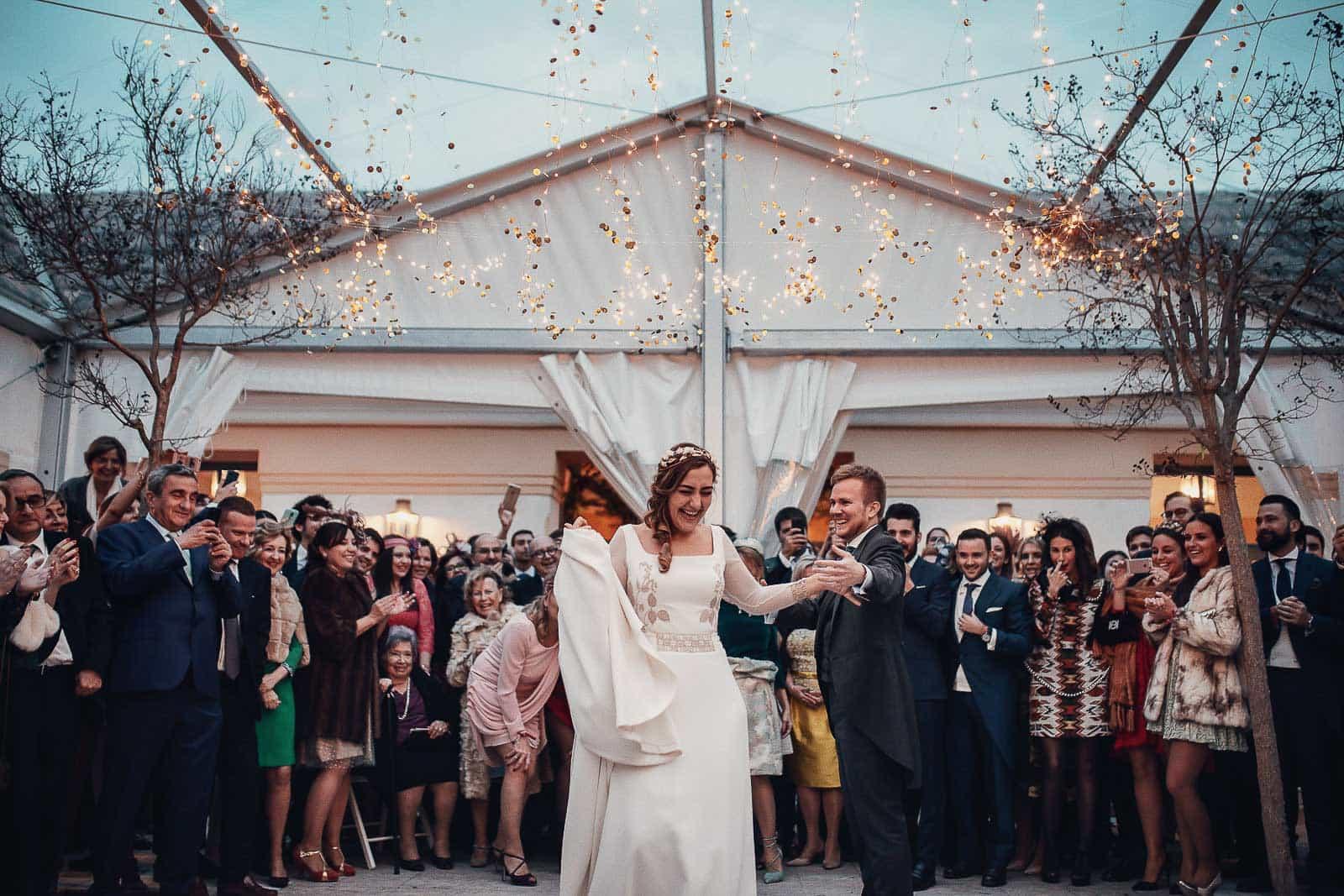 baile nupcial boda novios pareja invitados decoracion