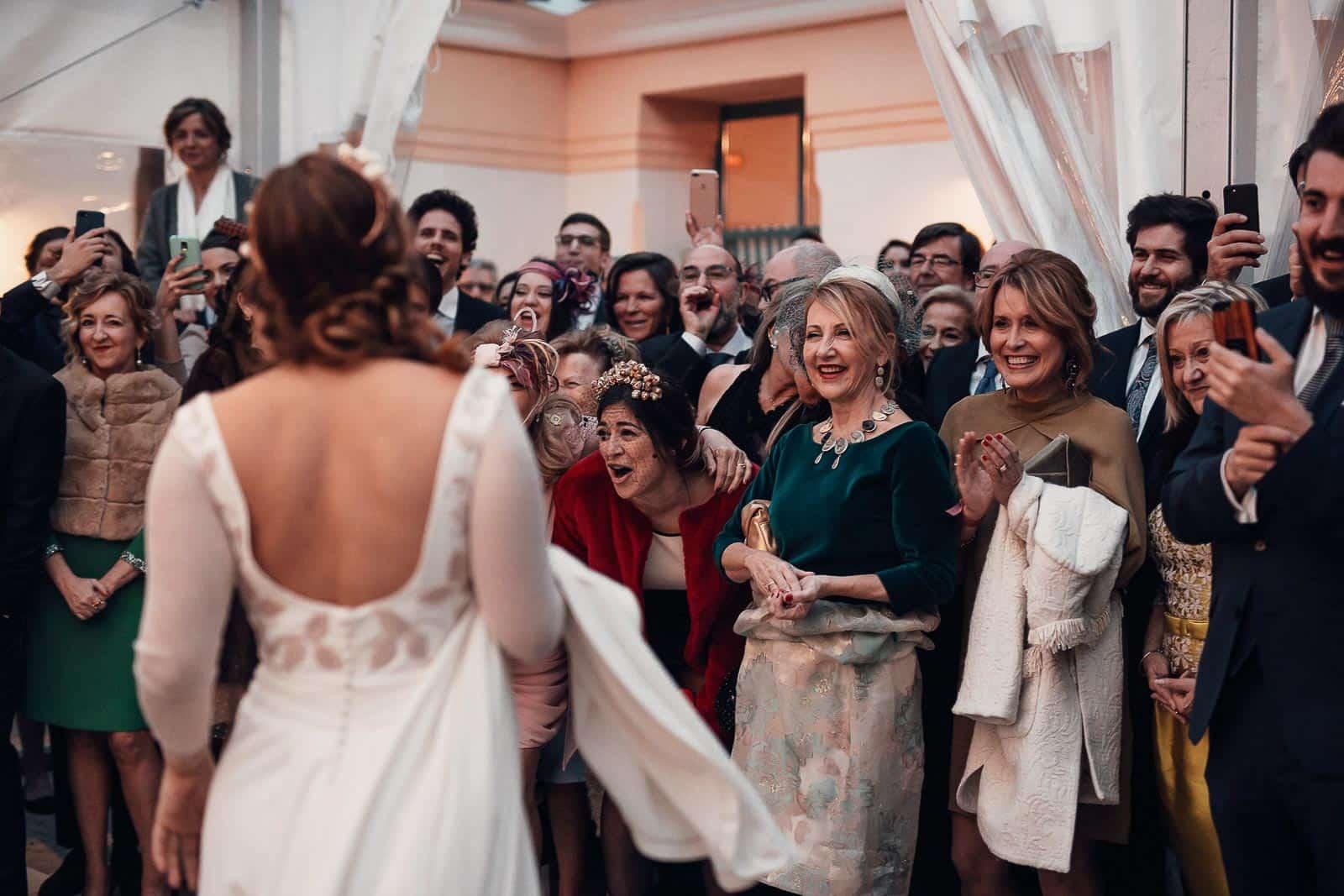 invitados perfectos novia vestido espalda