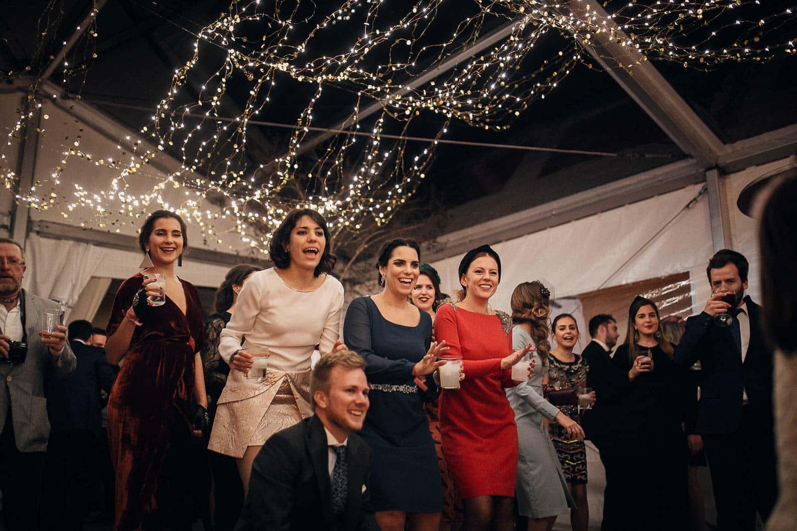 invitados fiesta baile luces boda decoracion