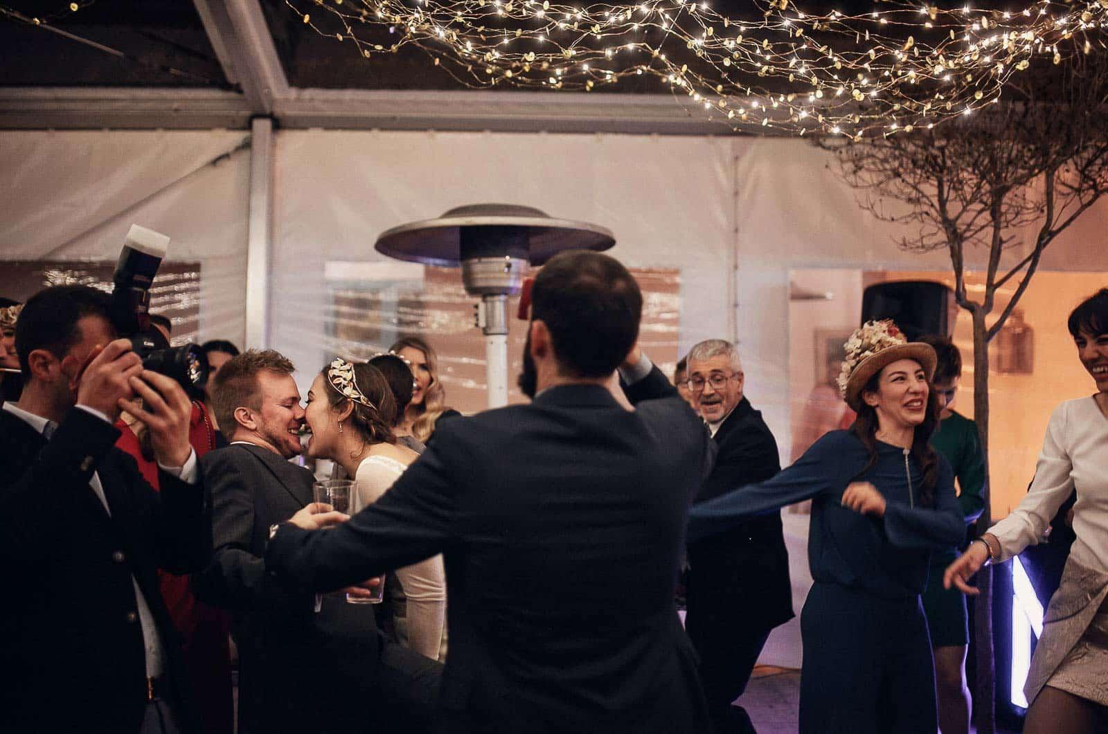 baile fiesta invitados fotógrafo beso novios