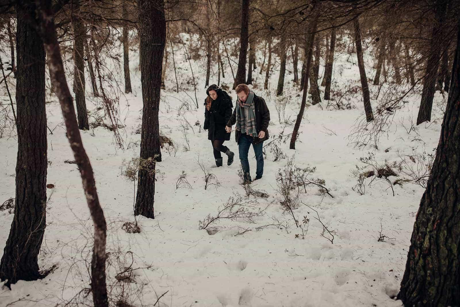 pareja paseo bosque invierno frio nieve