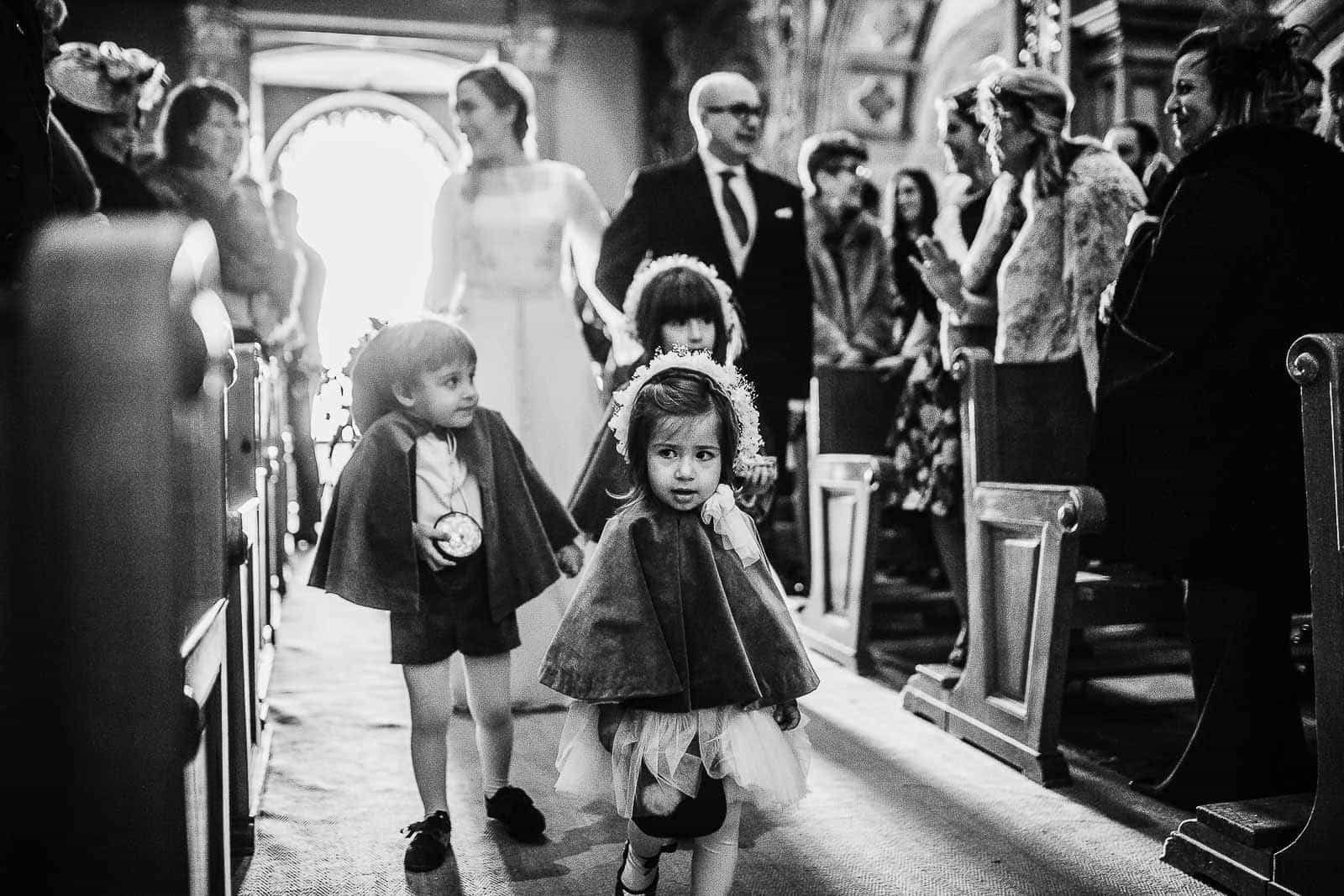 niños pajes blanco y negro pasillo santuario