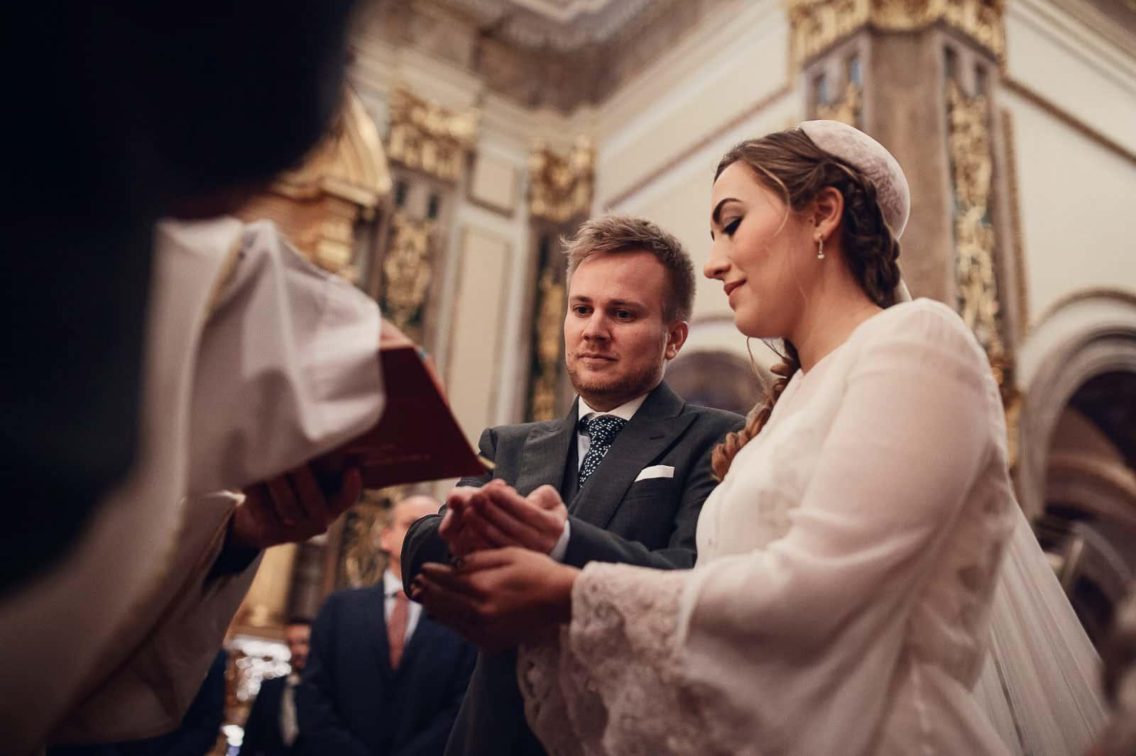 novios arras celebracion boda cura