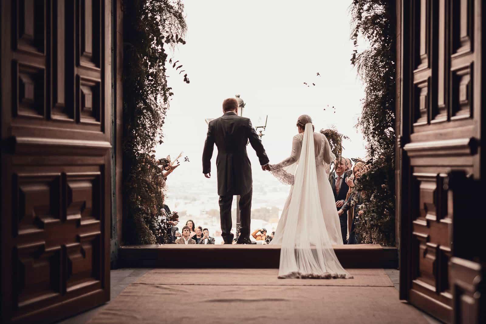 iglesia novios casados arroz salida velo cola
