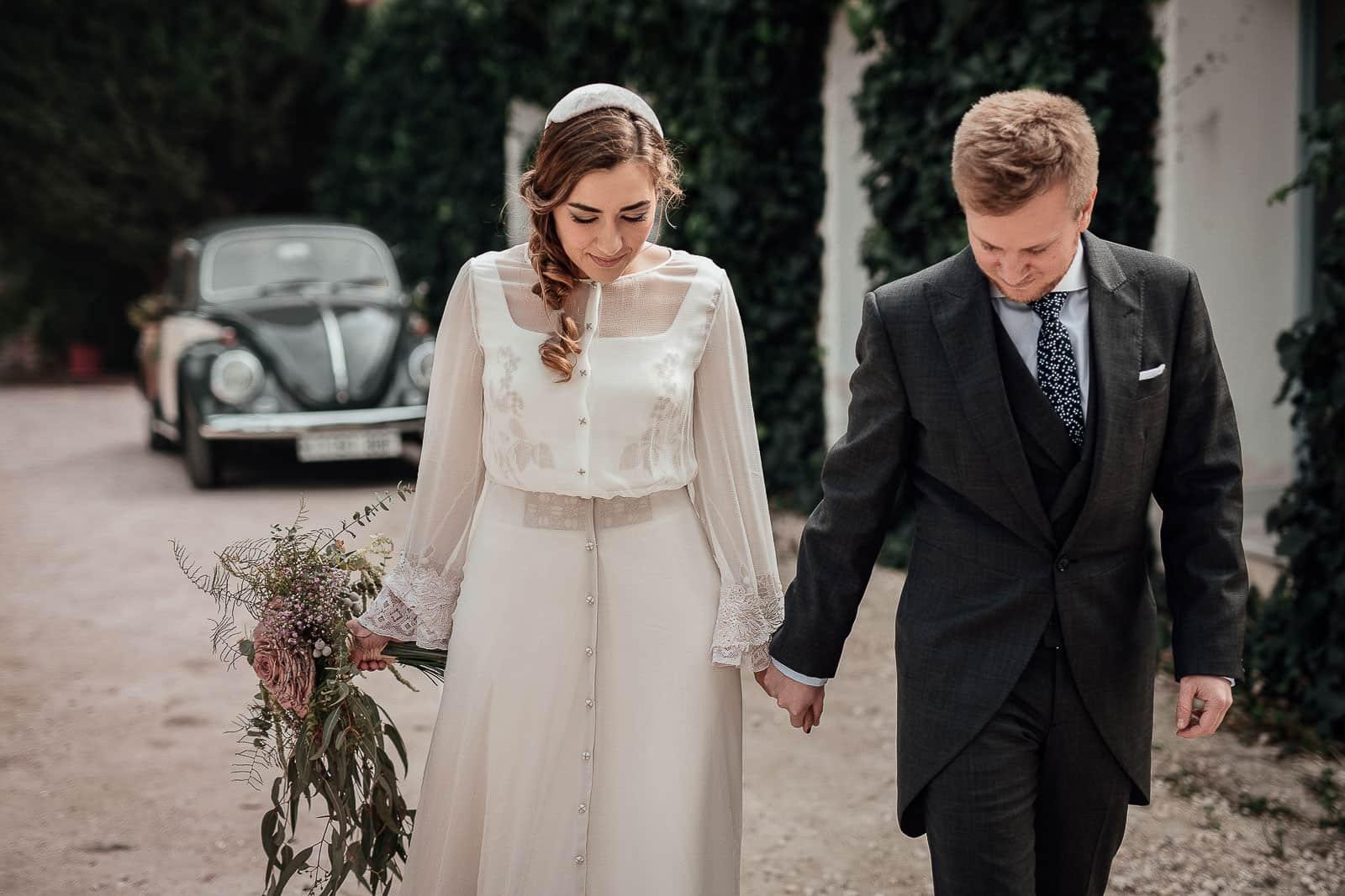 novios boda entrada coche ramo vestido traje