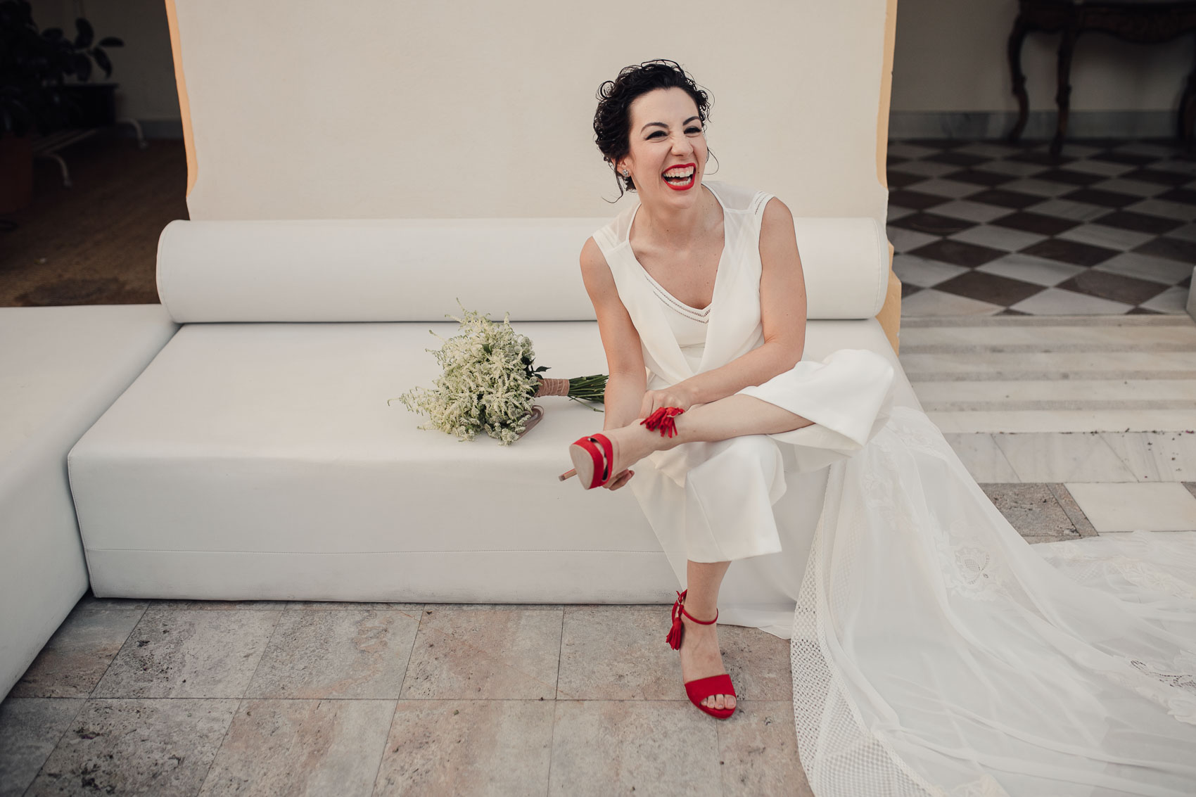Novia con pantalón y zapatos rojos Cayetana Ferrer
