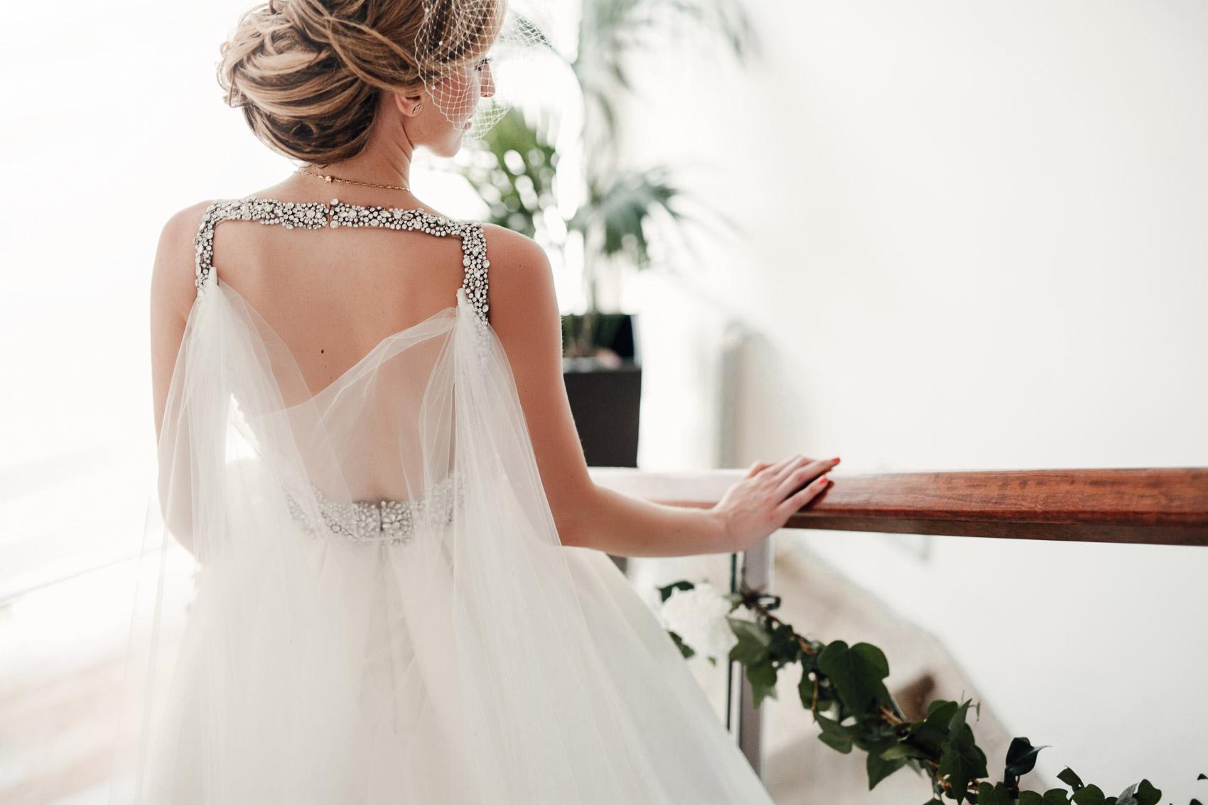 detalle pedreria joyeria vestido espalda escalera tocado novia