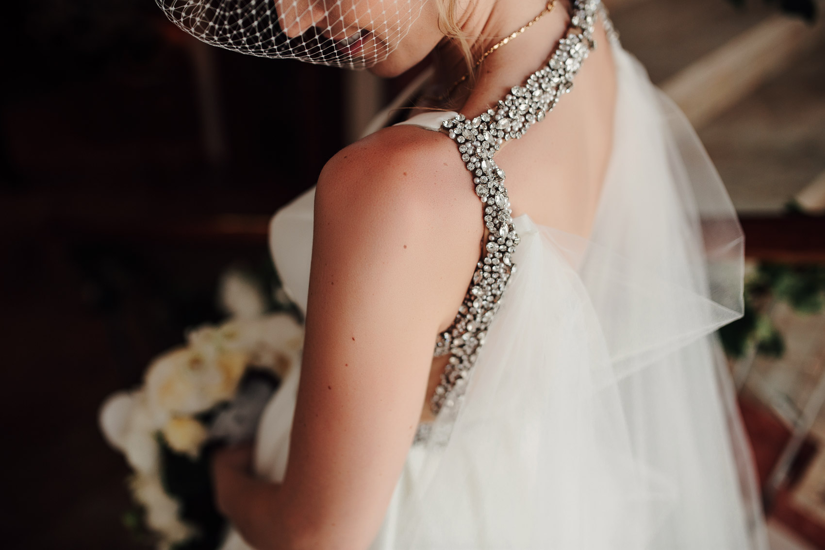 detalle pedreria joyeria vestido