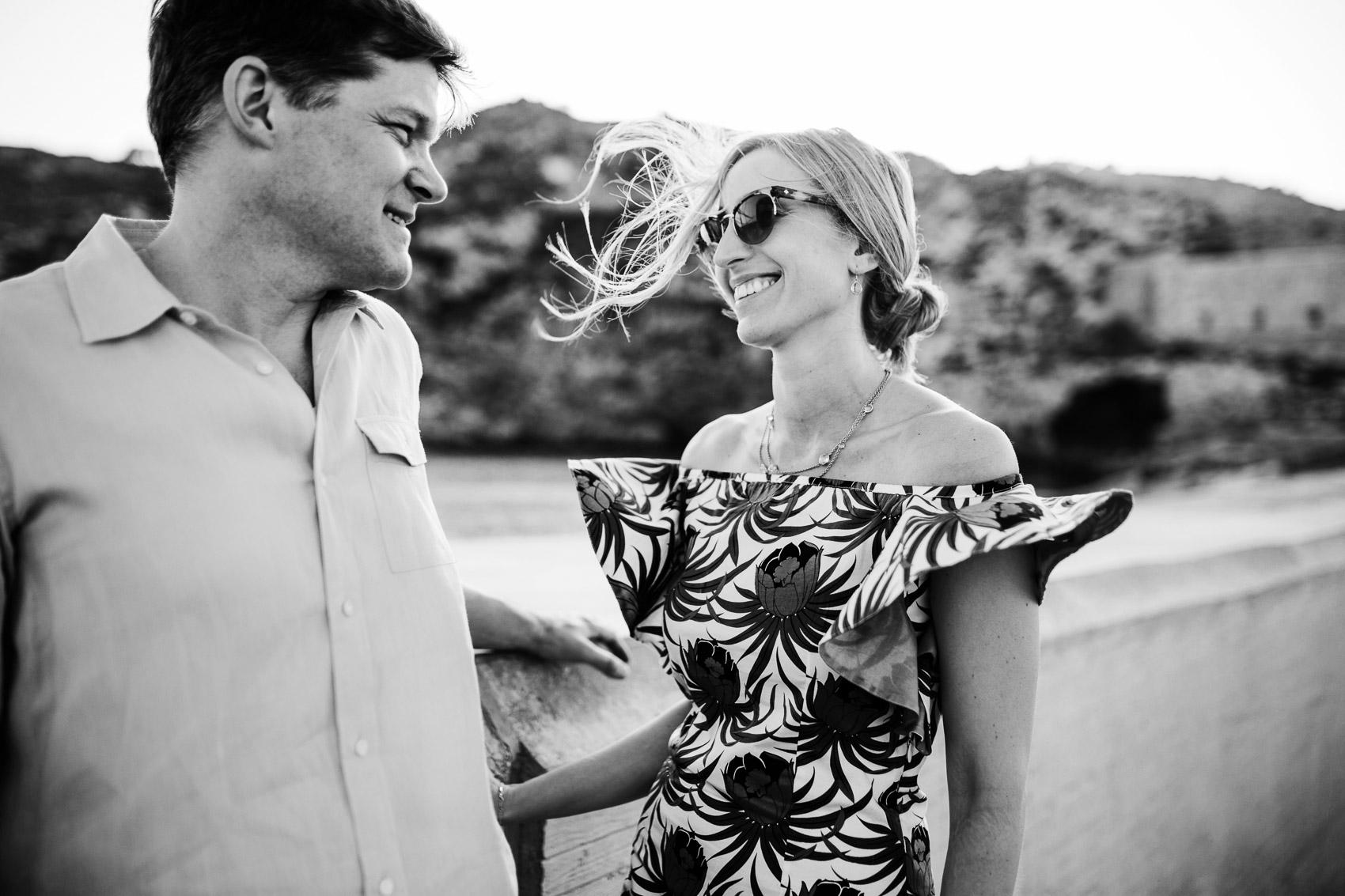 mirada pareja novios vestido flores playa mar menor viento