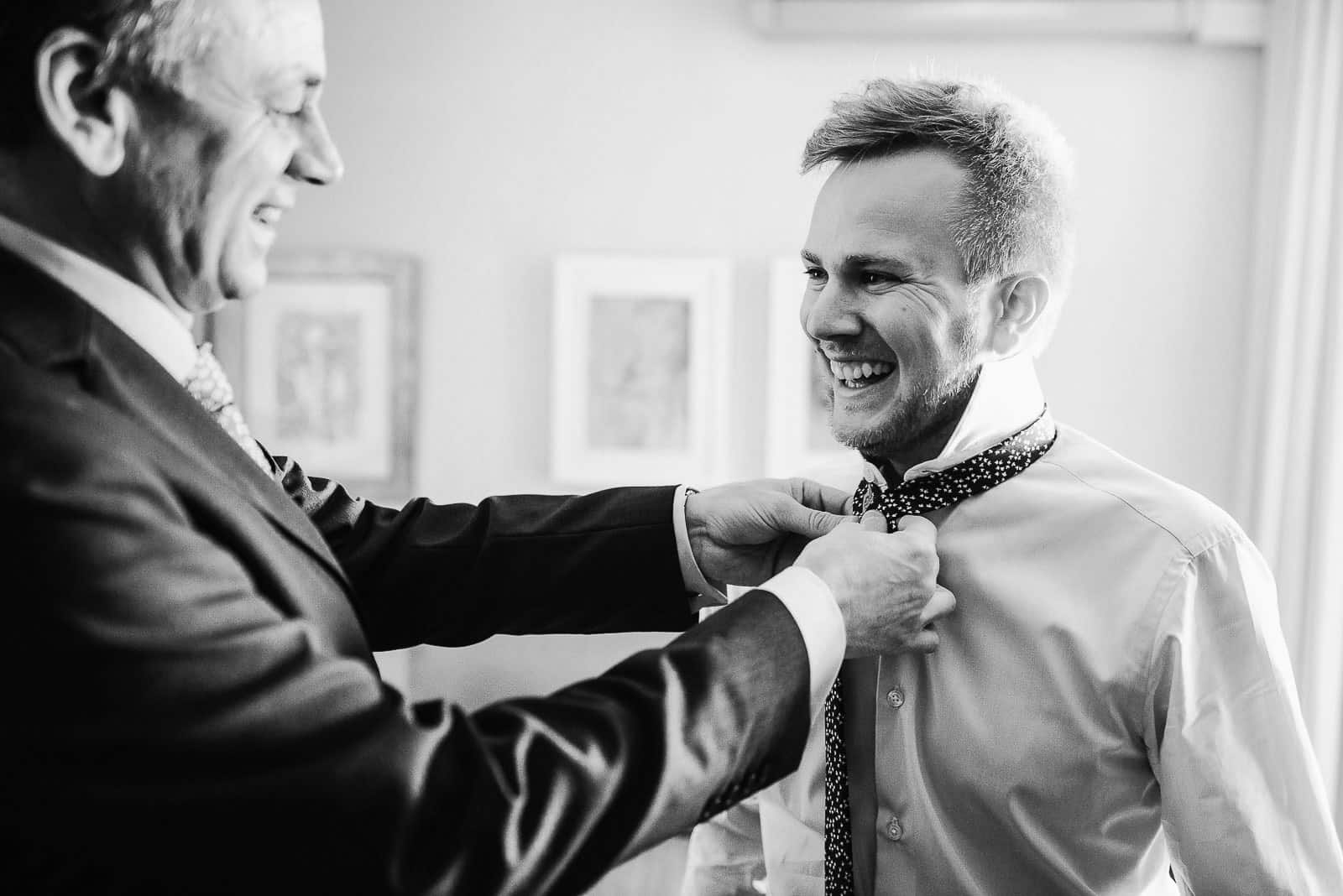 traje novio corbata nudo padre