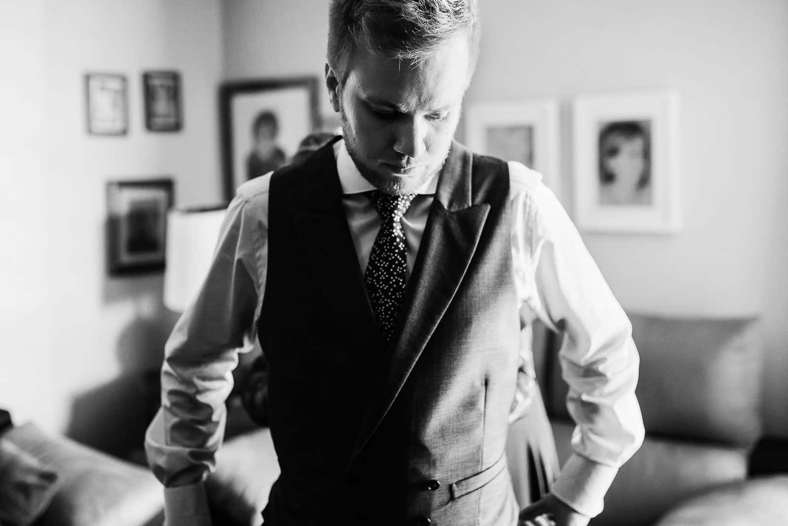 traje novio chaleco corbata casa