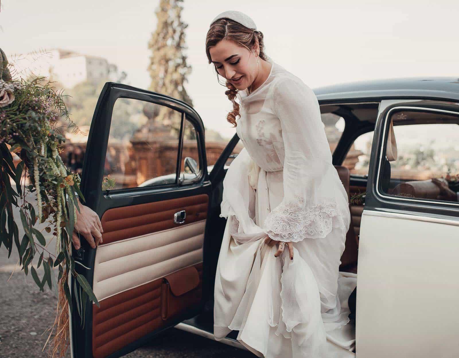 novia saliendo del coche entrada iglesia