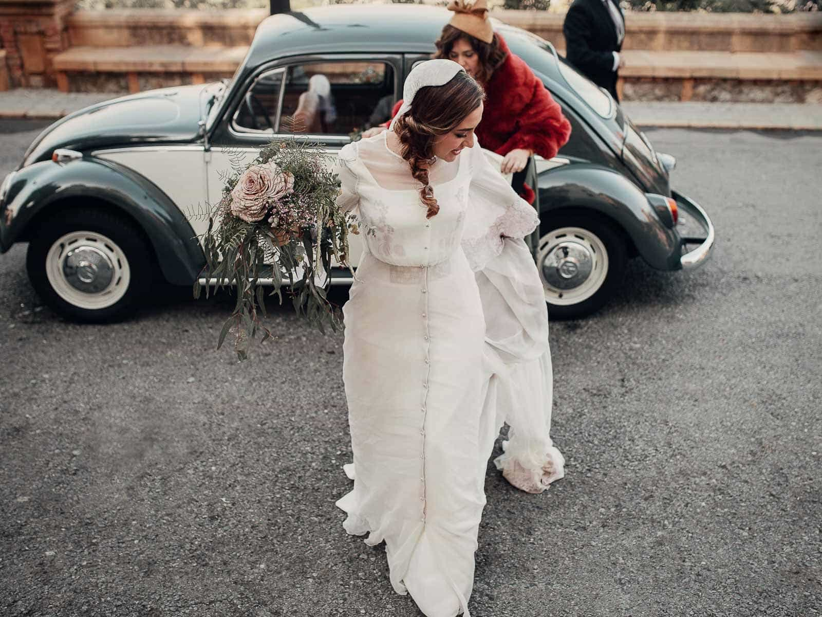 novia cola vestido coche