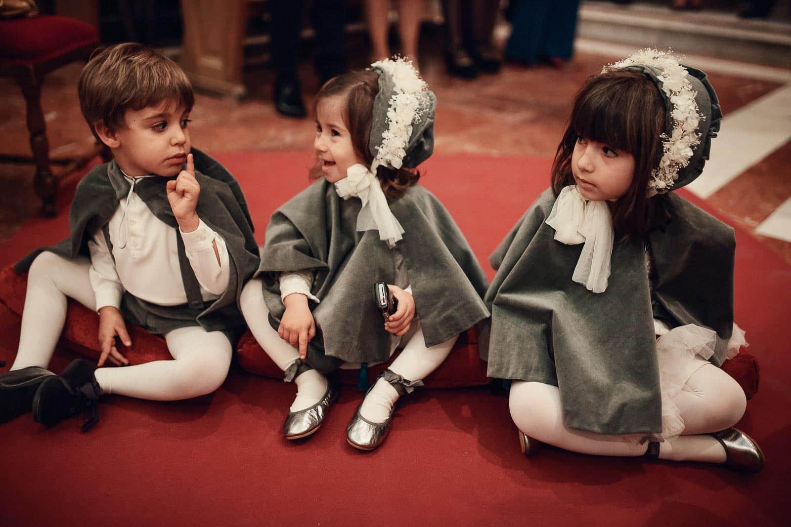 niños capas terciopelo flores suelo iglesia