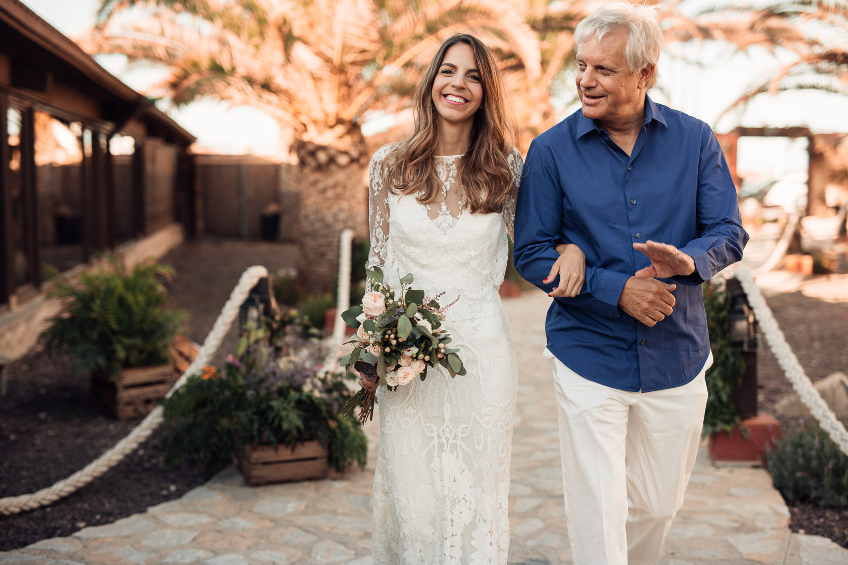 entrada novia padrino vestido wedding ramo flores