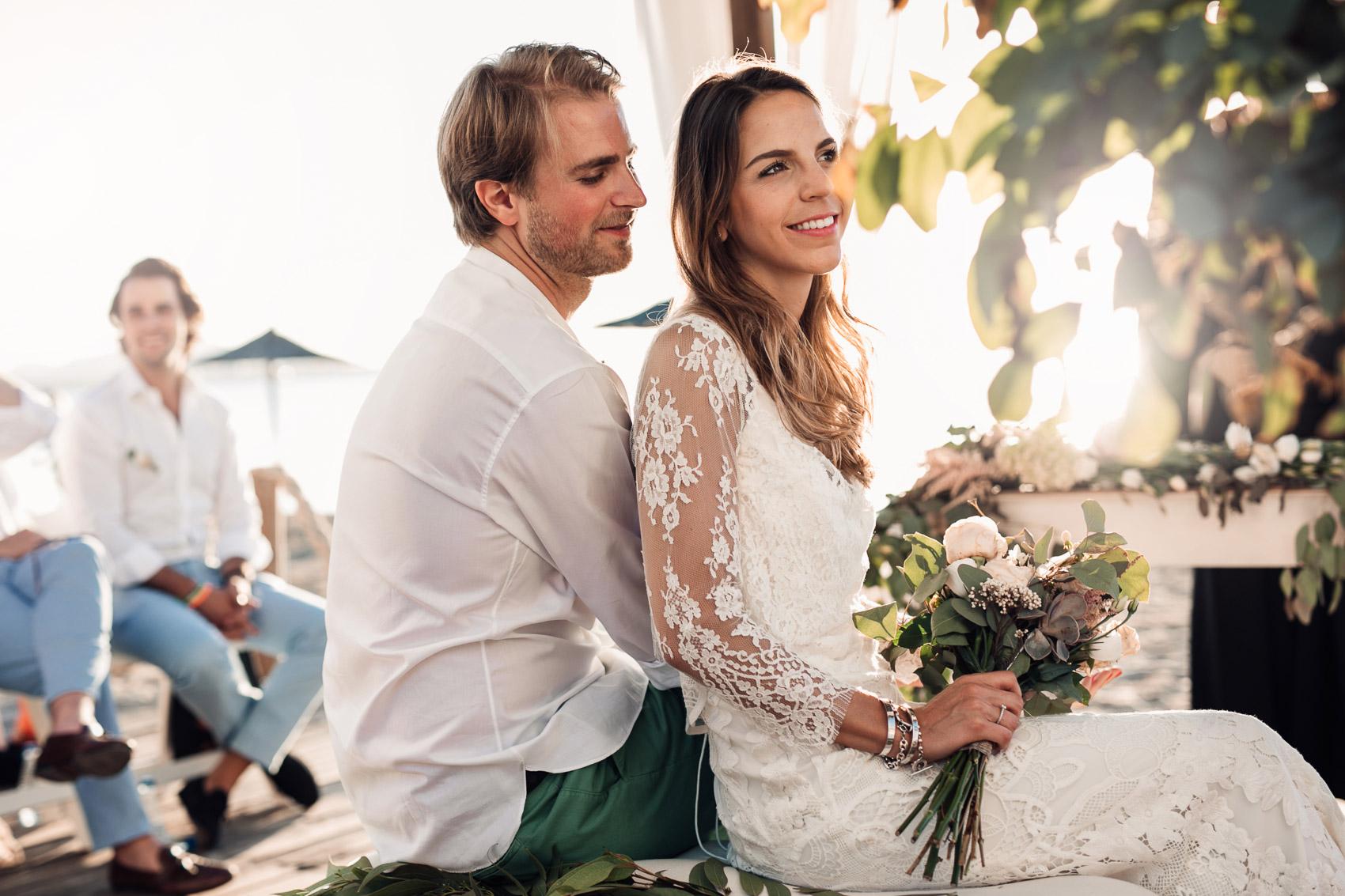 novios pareja mirada beach vestido camisa ramo wedding casados