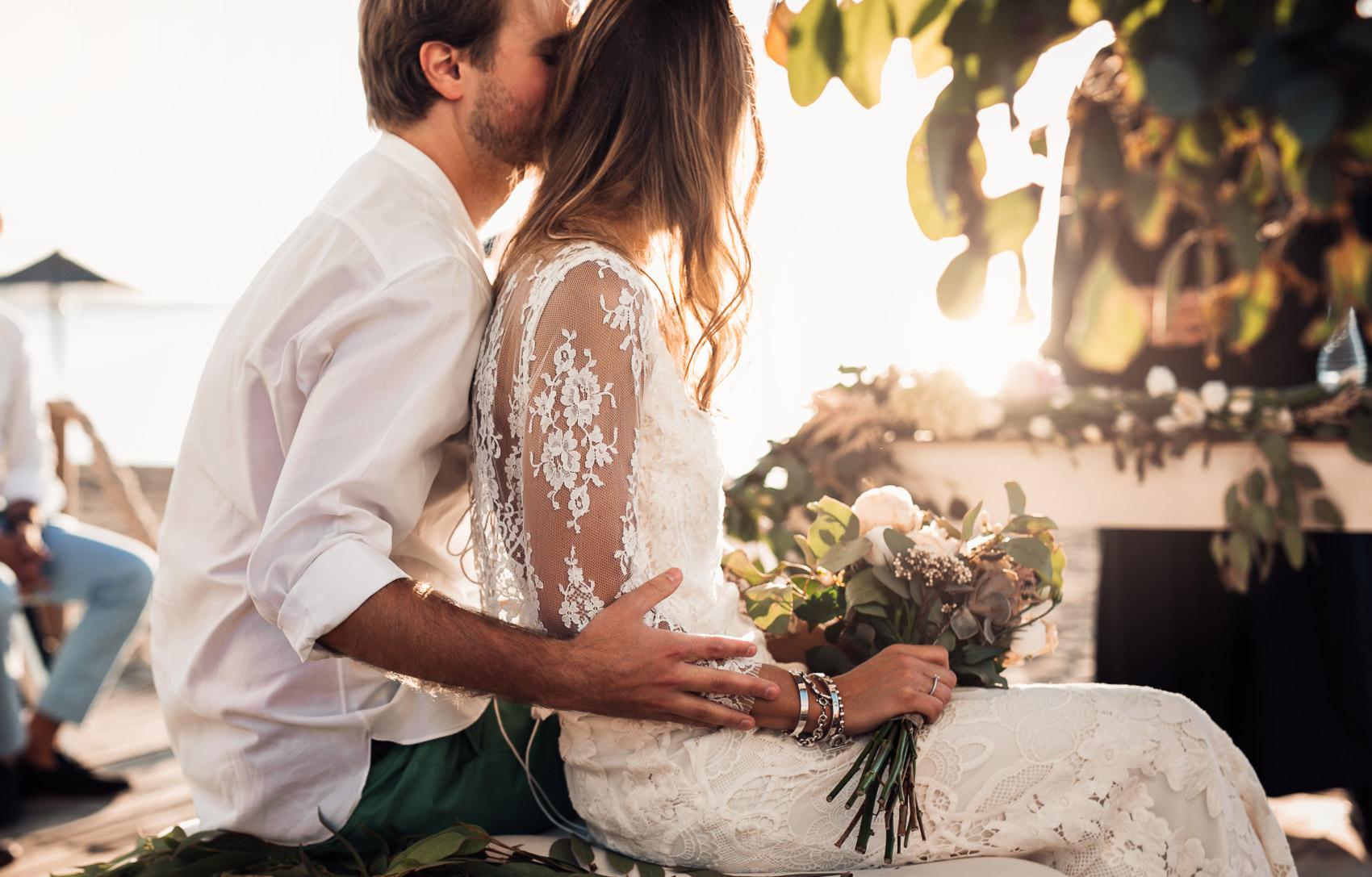 novios pareja beach vestido camisa ramo wedding casados
