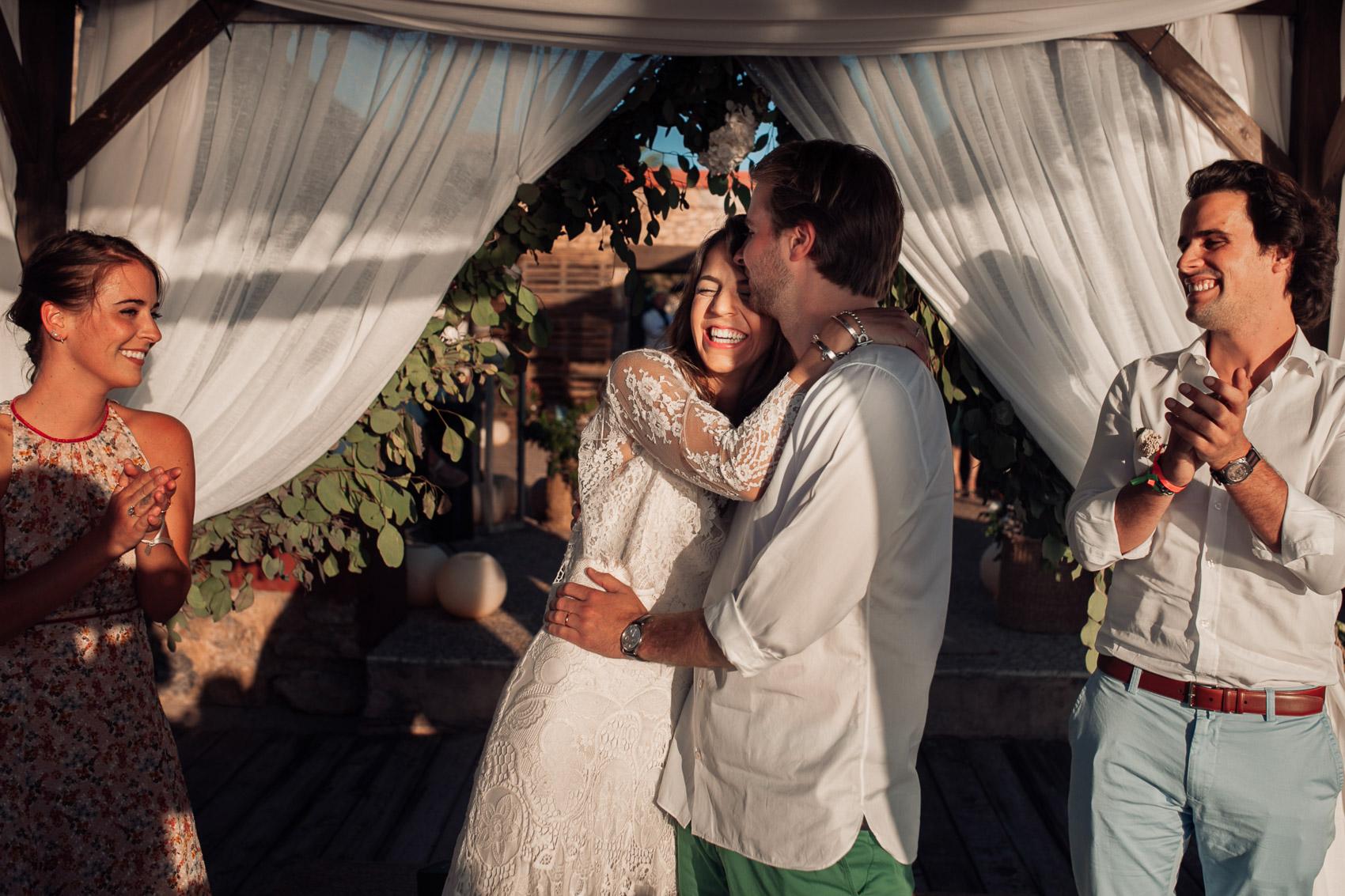 abrazo pareja novios wedding invitados aplauso