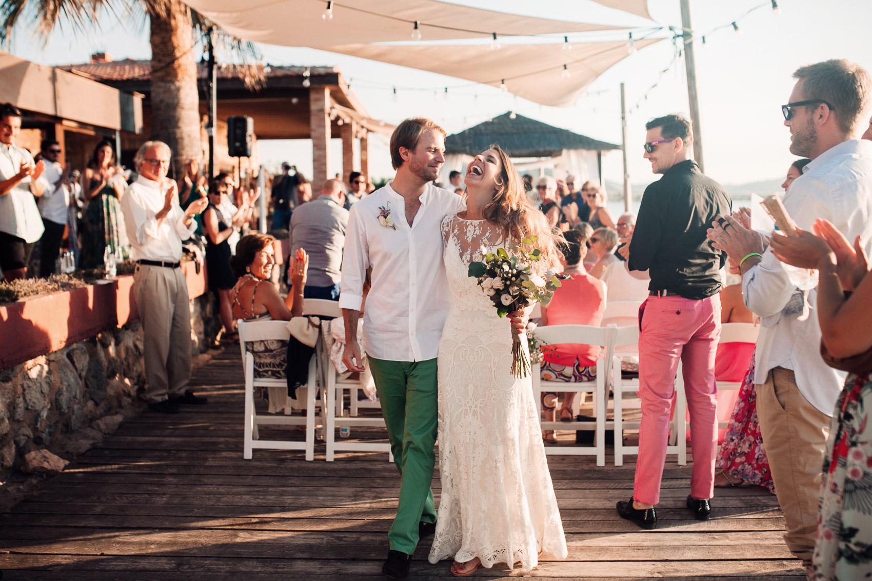 entrada novios restaurante parador invitados luz ramo vestido