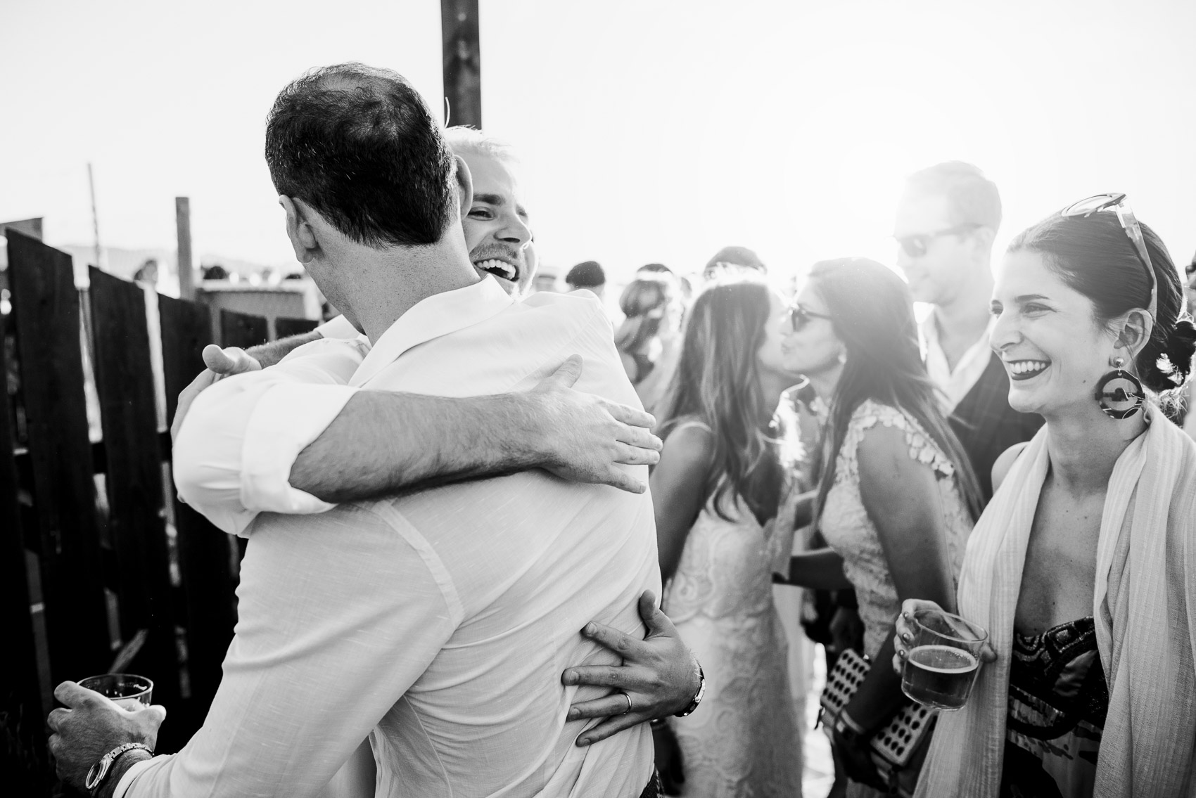 abrazo invitados amigos novio saludo beach