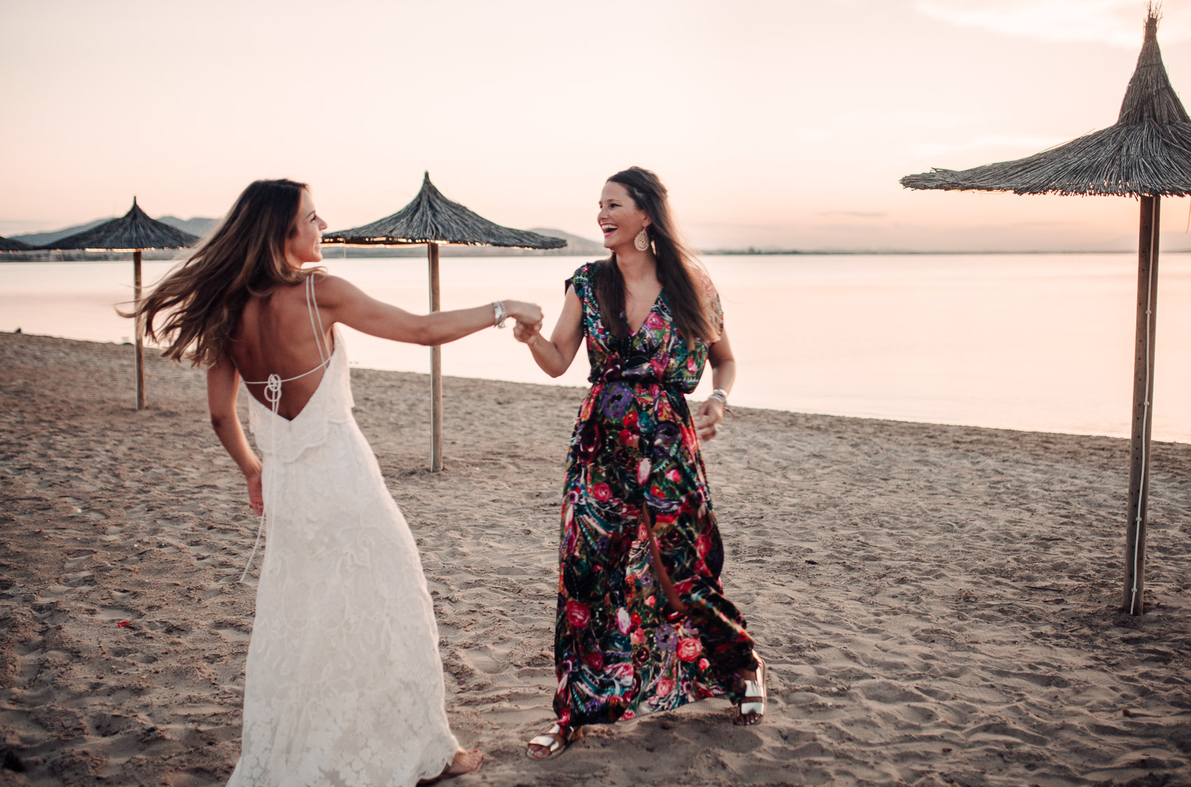 novia amiga invitada perfecta atardecer beach wedding baile