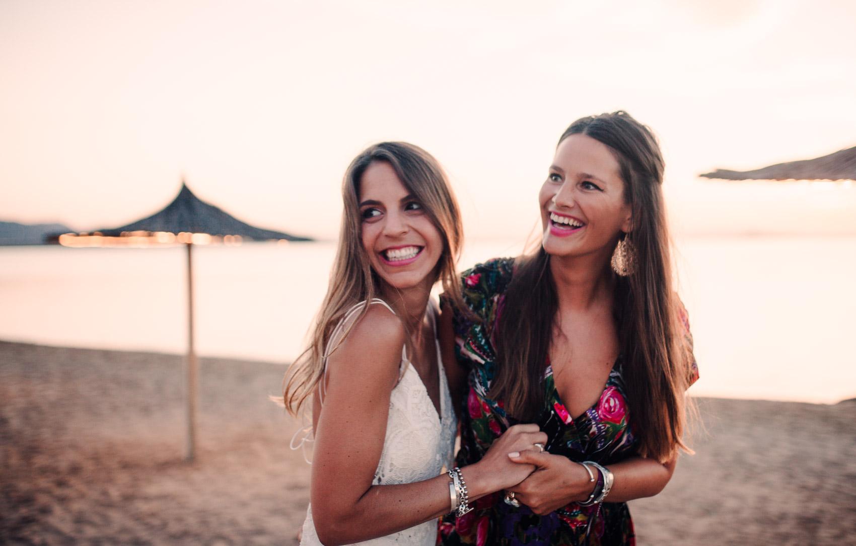 novia amiga invitada perfecta atardecer beach wedding