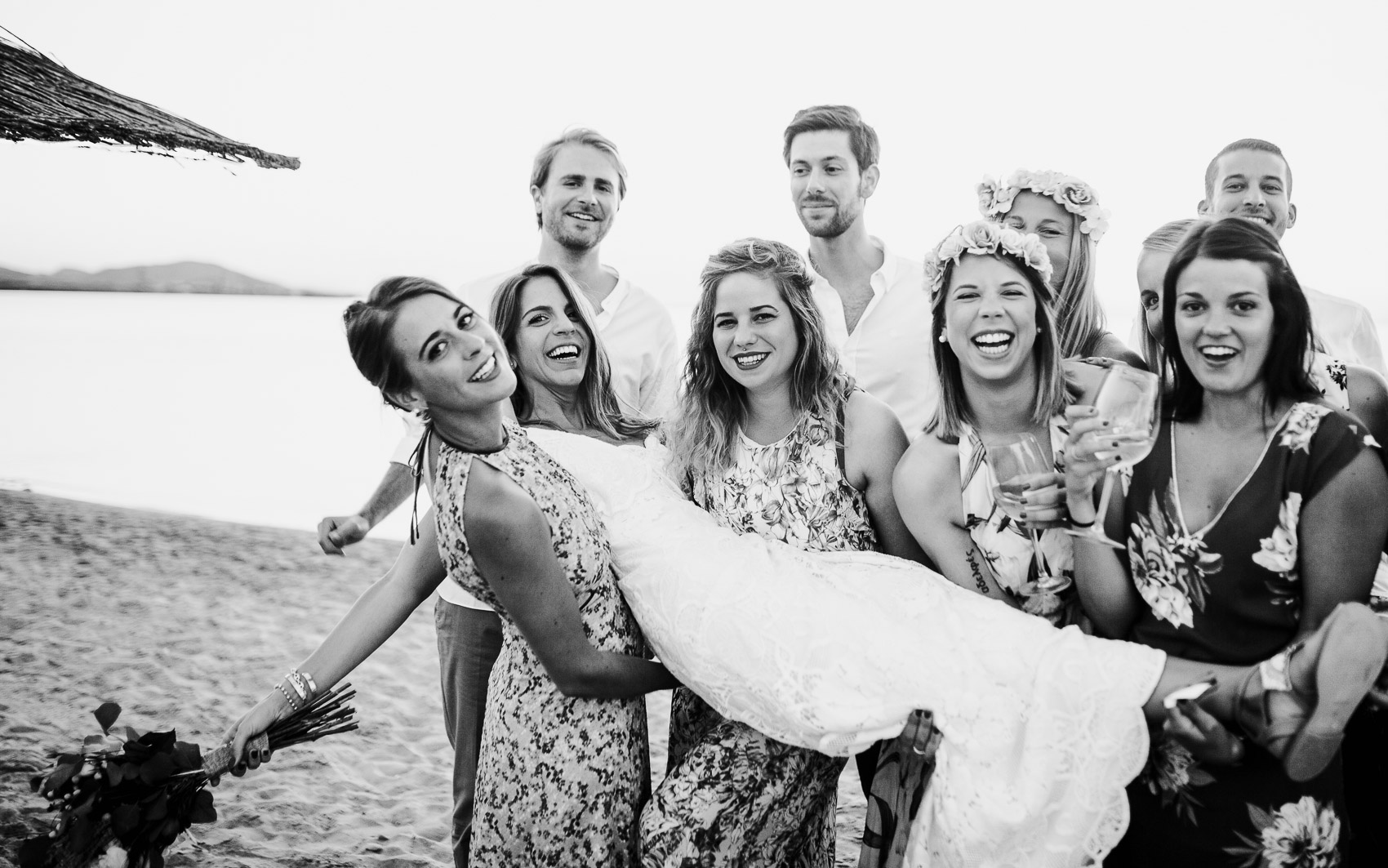 amigos invitados perfectos novios beach wedding ramo