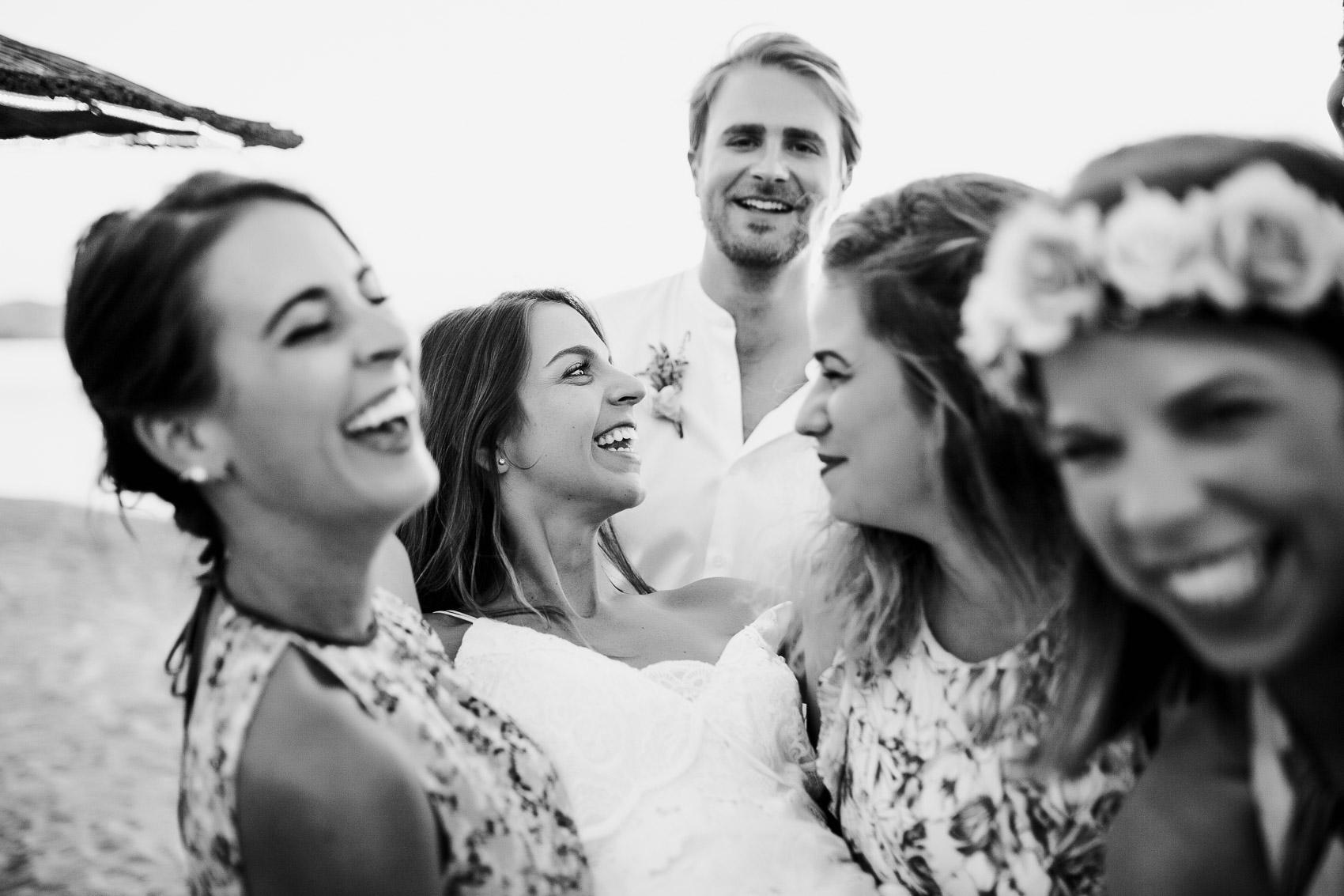 amigas novios wedding beach