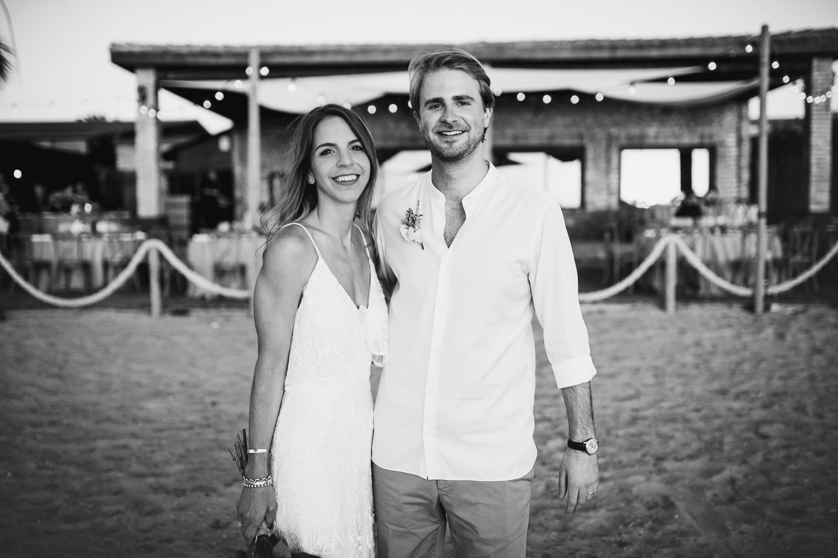 novios pareja casados blanco negro beach smile