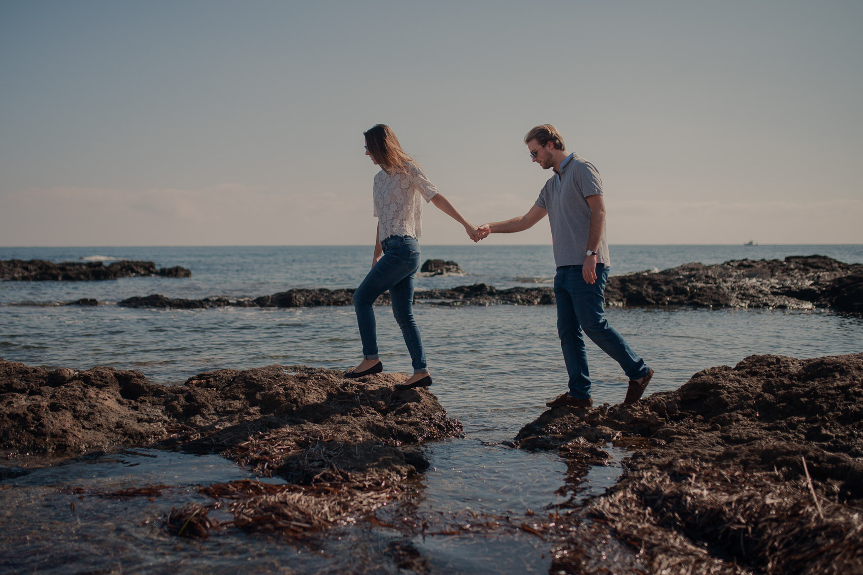 pareja recien casados playa mar menor agua manos gafas beach