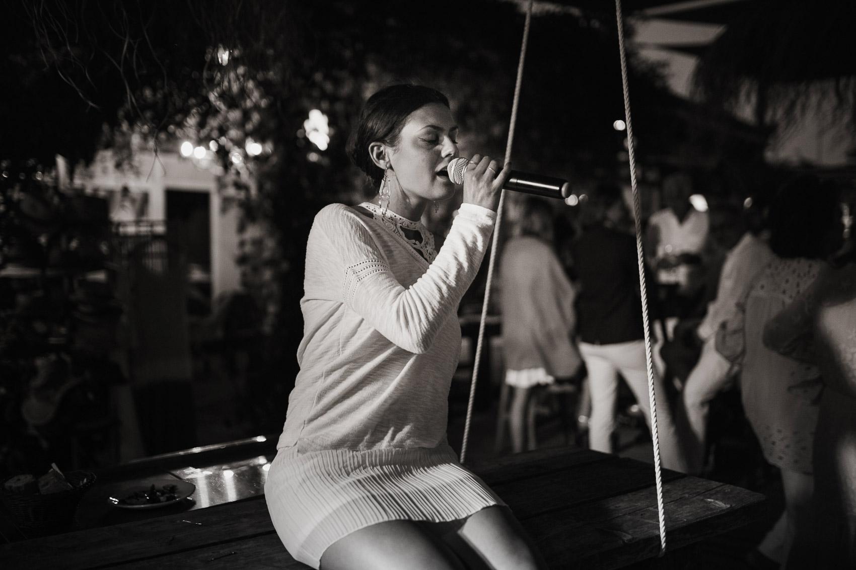 actuacion cantando micro blanco negro beach photography