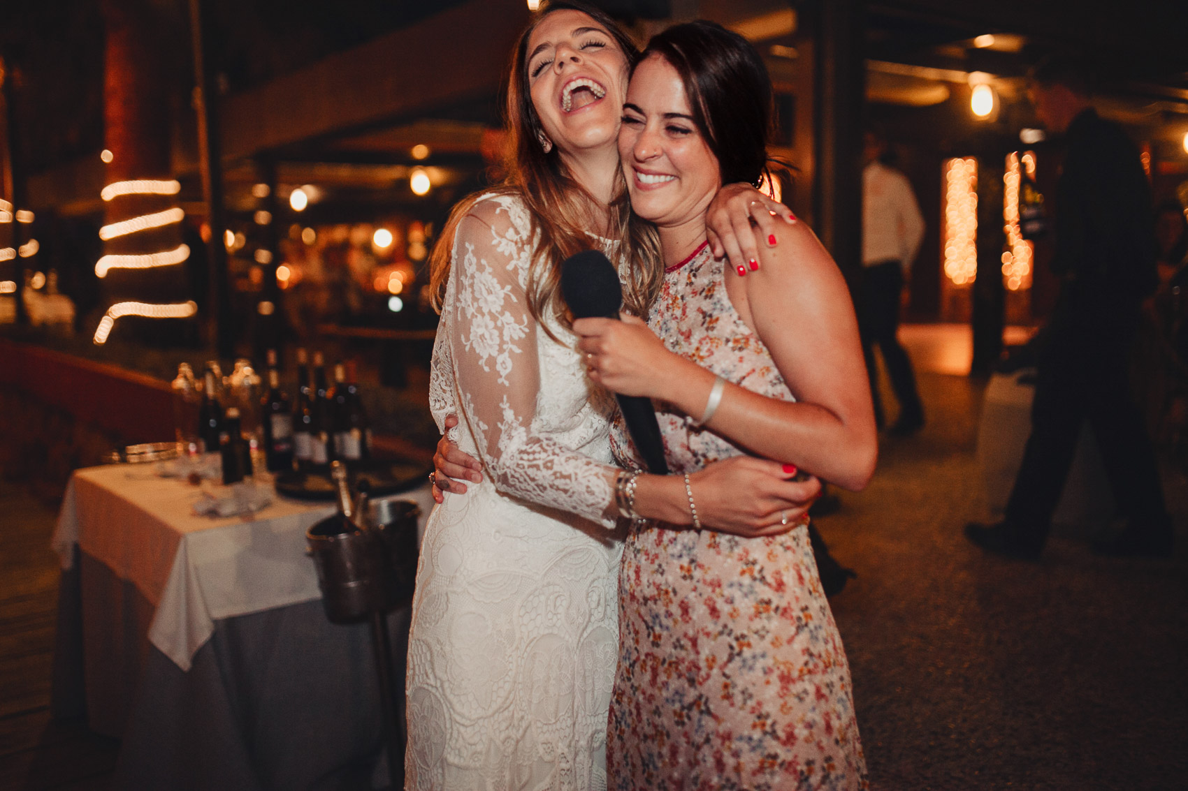 wedding friends laugh discurso luces restaurante beach