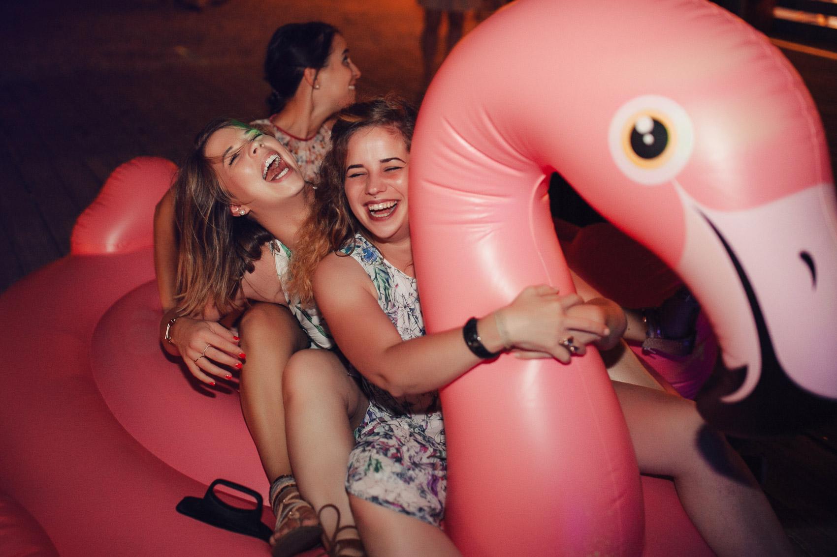 invitadas perfectas fiesta flotador flamenco beach
