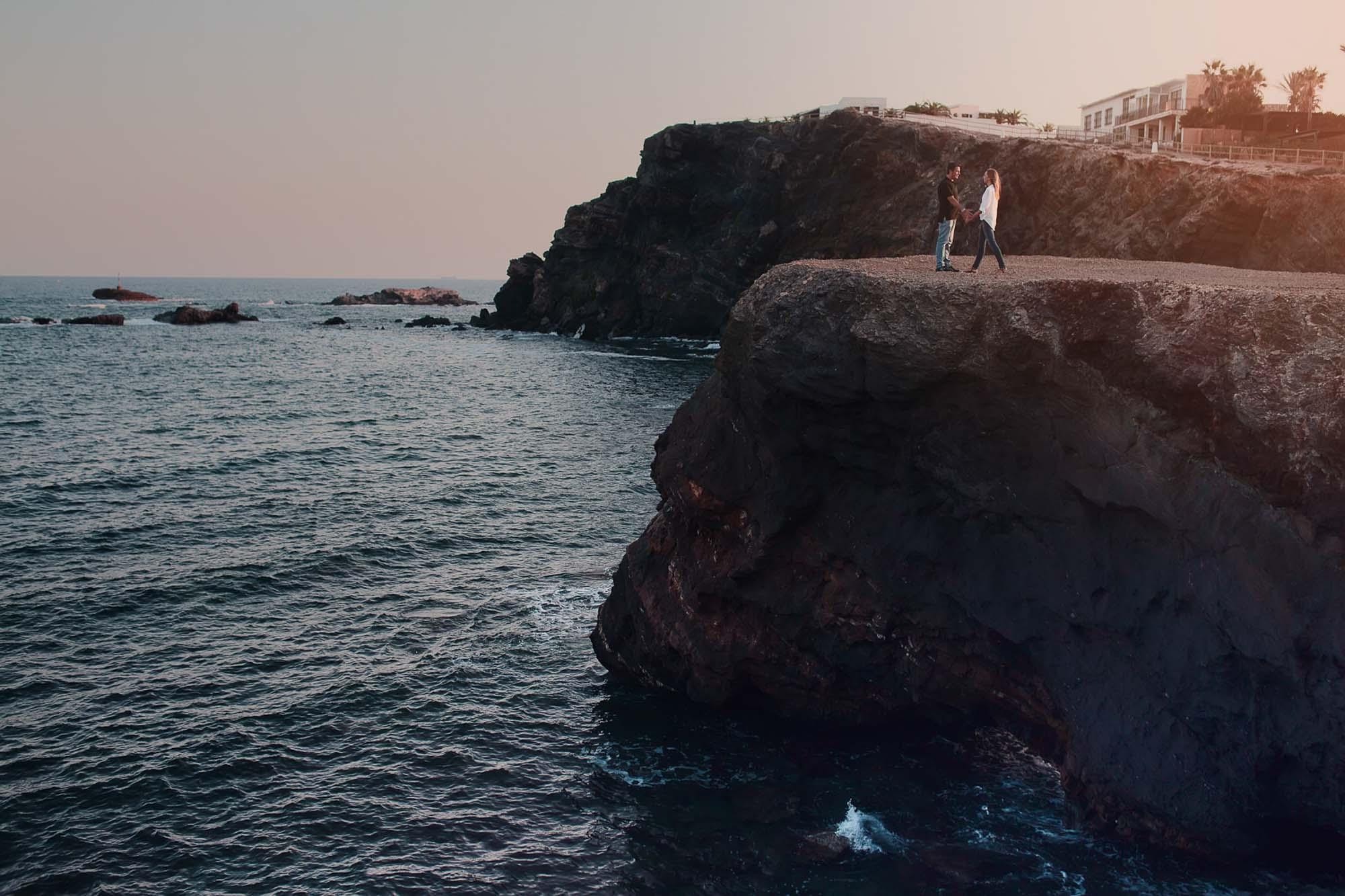 novios pareja playa cabo de palos piedras vistas mar playa rocas acantilado photography