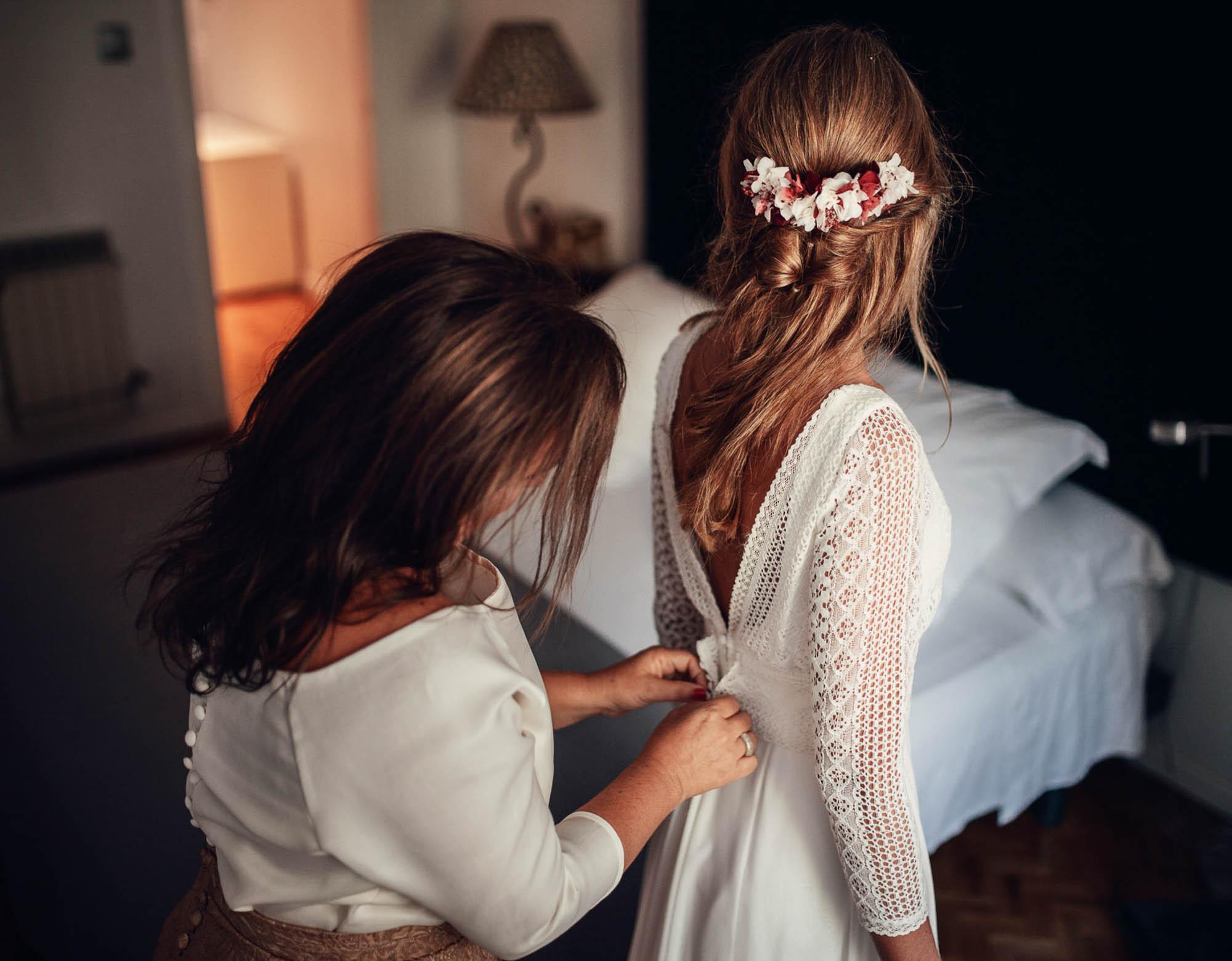 detalle flores tocado corona novia vestido botones wedding