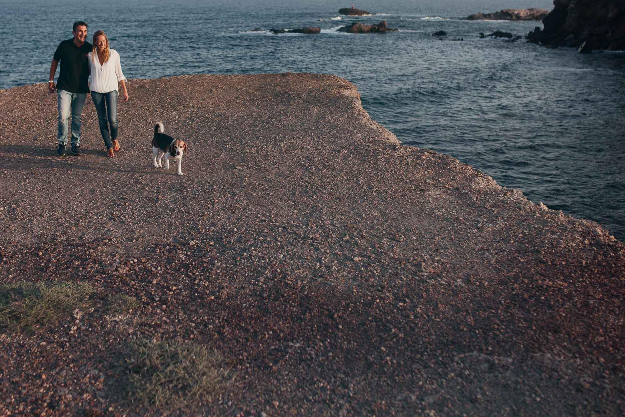 novios pareja perro playa cabo de palos piedras vistas mar rocas photography