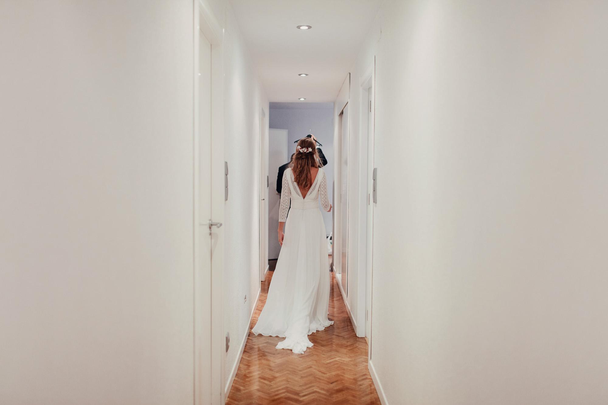 pasillo casa novia vestido tocado blanco wedding