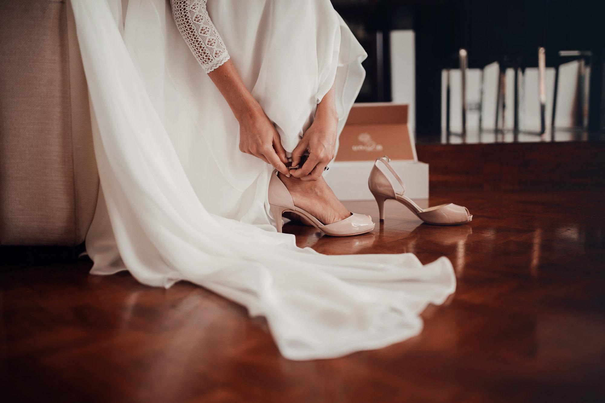 detalle zapatos tacones novia vestido blanco madera
