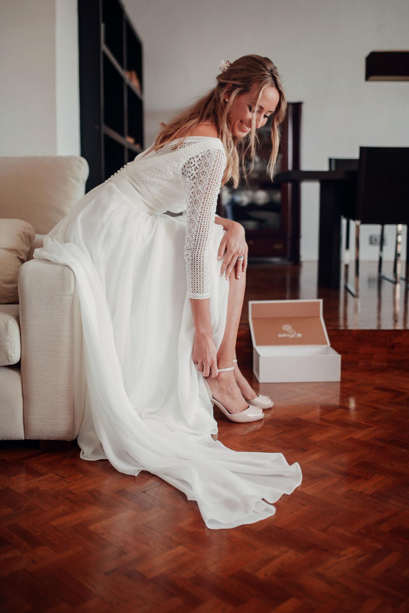 detalle zapatos tacones novia vestido blanco sofa