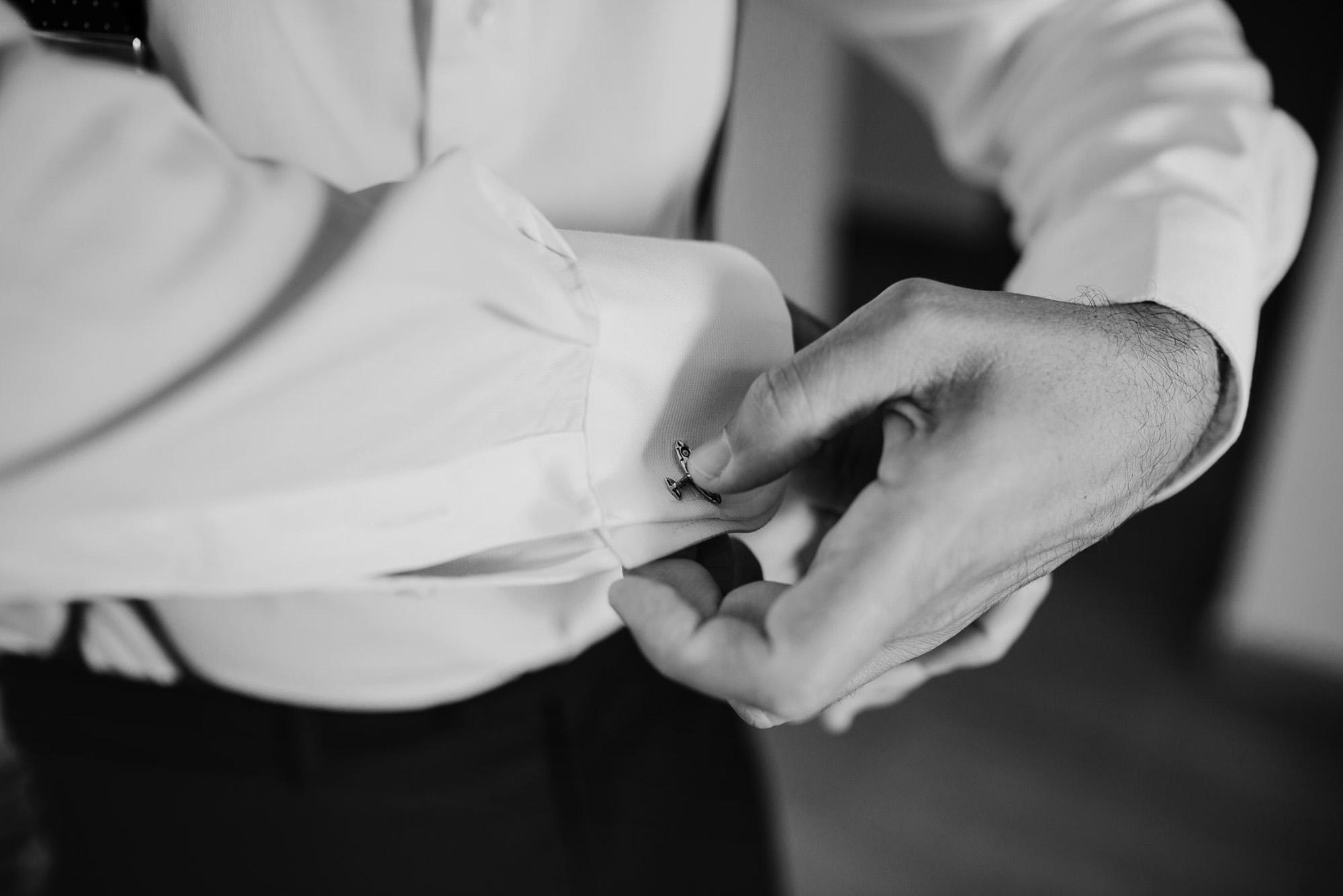 novio gemelos detalle traje wedding camisa