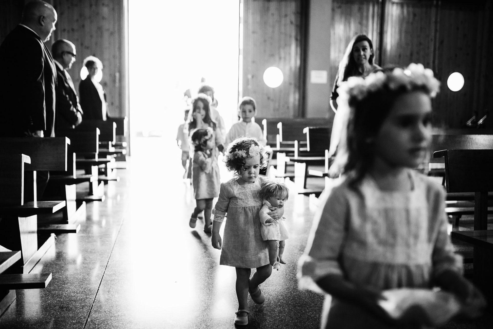 niños arras pajes pasillo coronas flores invitados iglesia cabo de palos playa fotografia