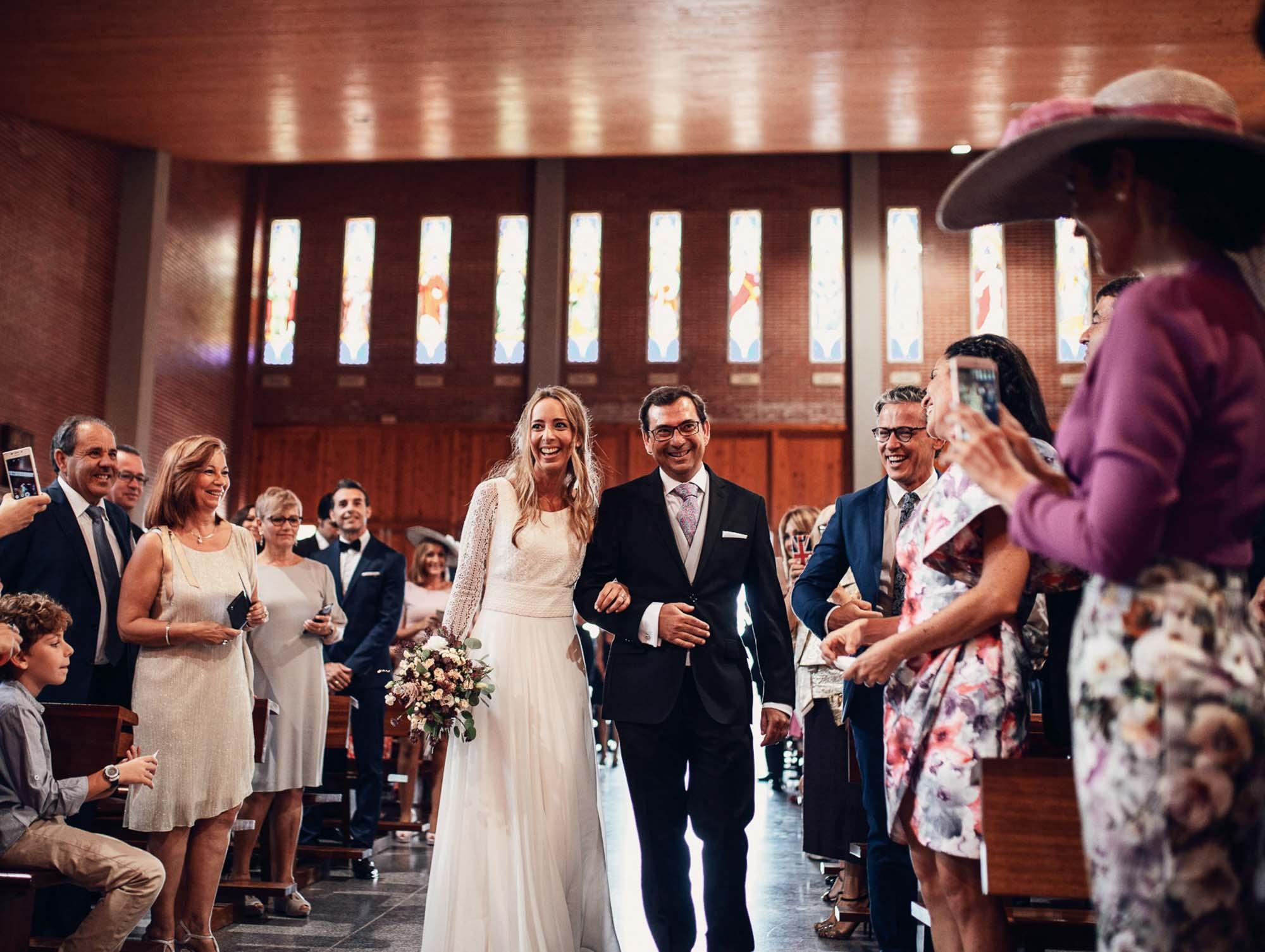 iglesia de cabo de palos novia padrino iglesia pasillo ramo invitados cabo de palos playa fotografia