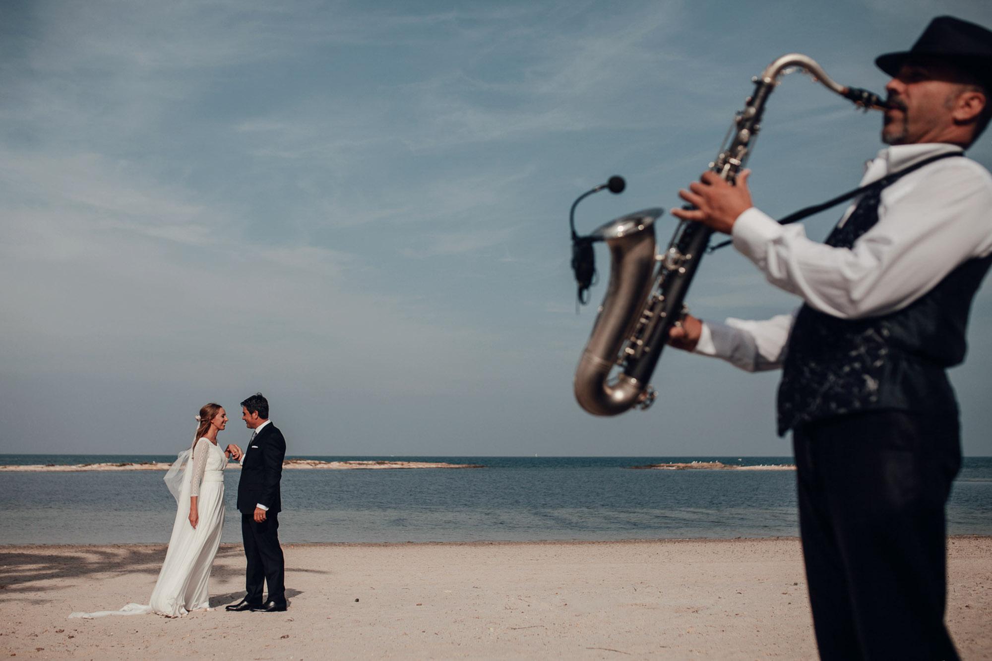 pareja casados playa cabo de palos enlace fotografia musica saxofon