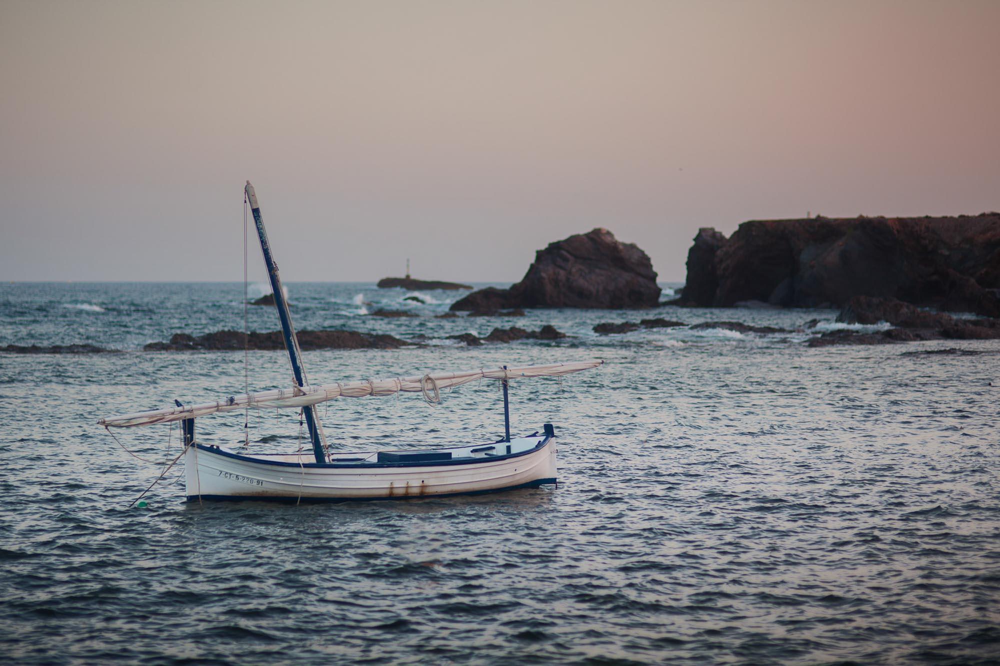 playa cabo de palos barco velero atardecer rocas