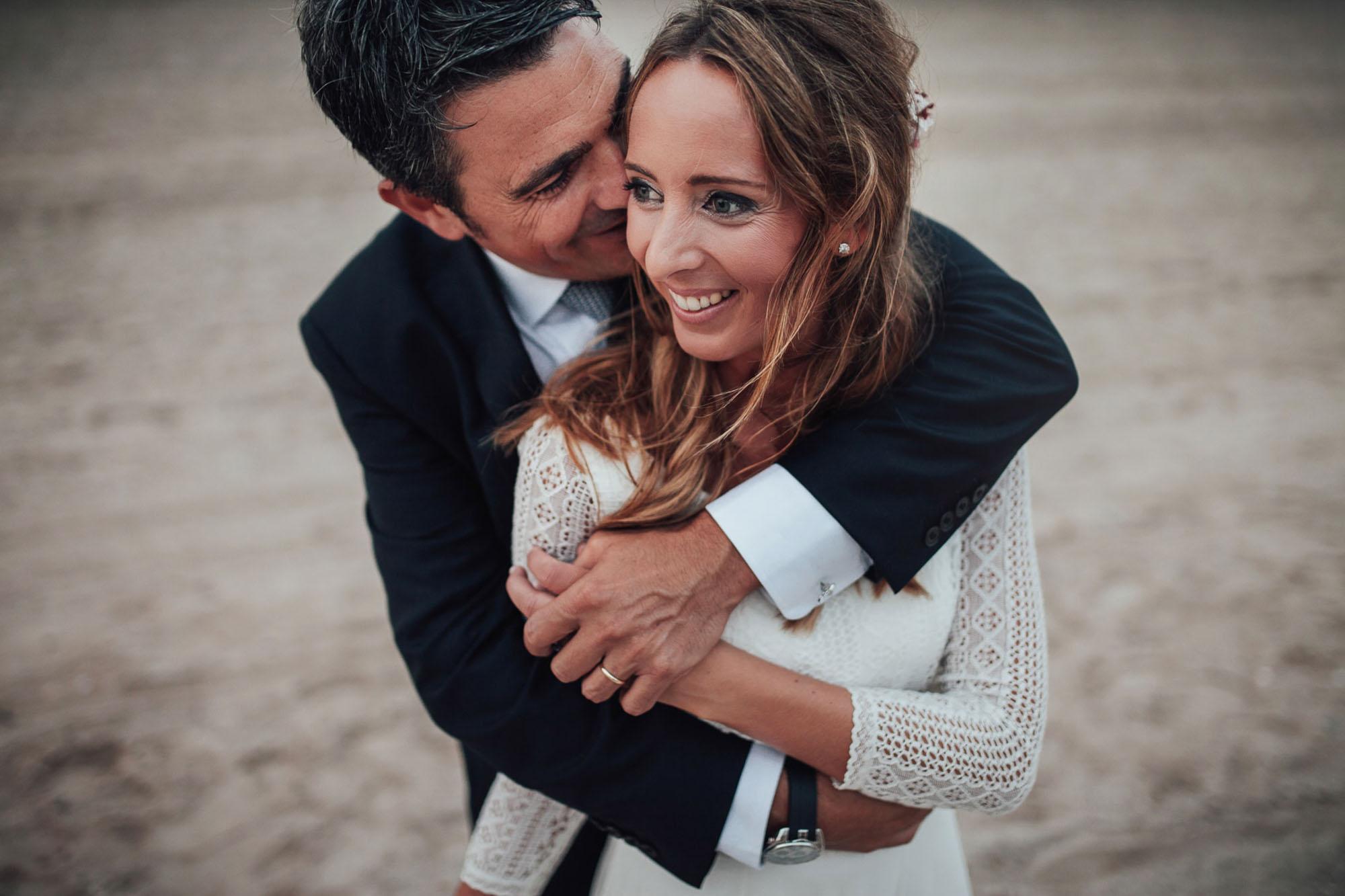 Wedding abrazo novios fotografia Cabo de Palos