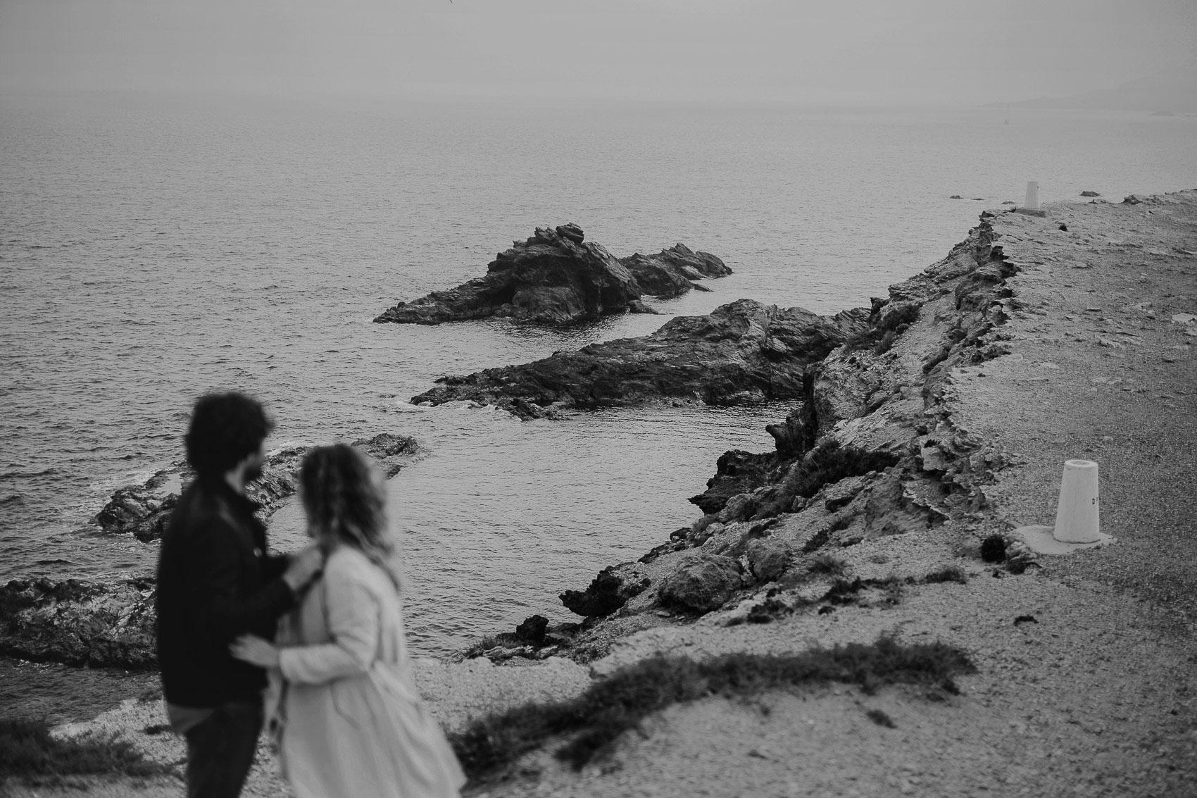 pareja playa frio abrigo abrazo mar vistas acantilado cabo de palos