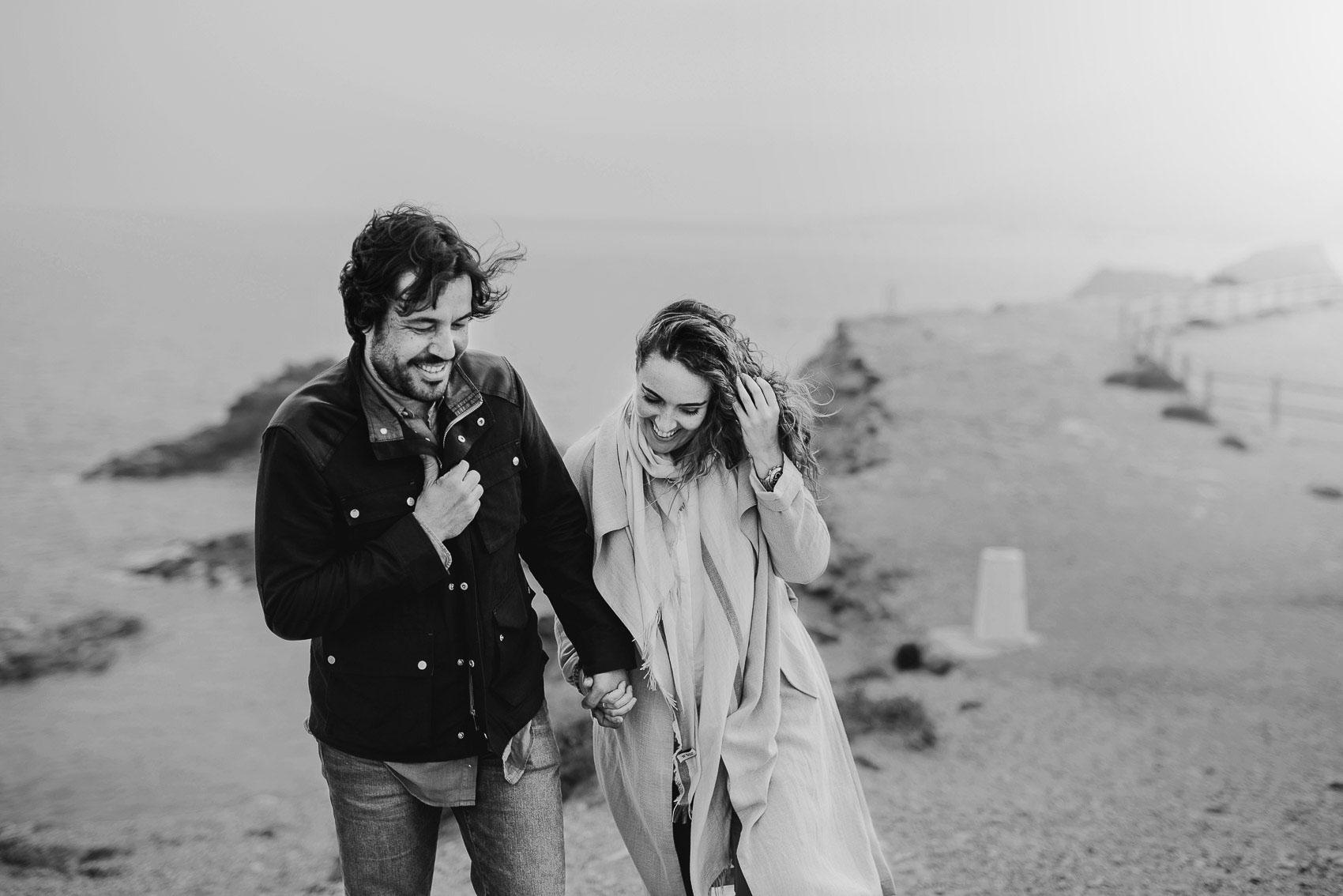 pareja playa frio abrigo manos mar menor vistas