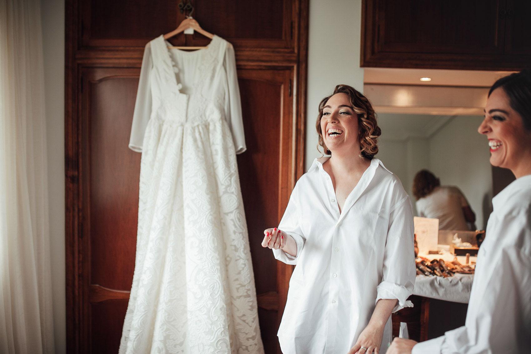 novia sonrisa hermana vestido colgado armario blanco