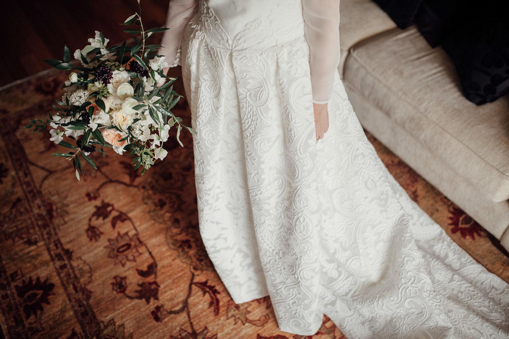 detalles vestido novia blanco ramo alfombra
